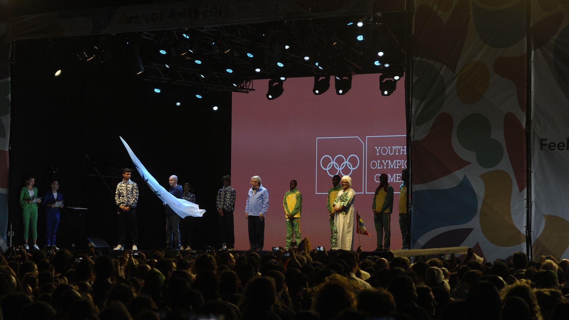 Los deportistas argentinos le trasladaron la bandera olímpica a la delegación de Senegal (Patricio Murphy)