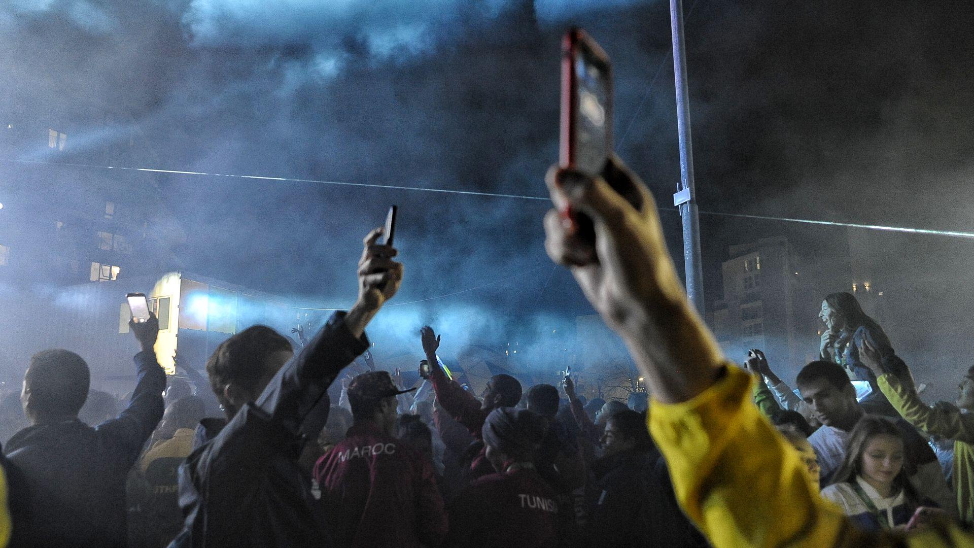 Con los celulares al viento para rescatar todas las imágenes que se puedan (Patricio Murphy)