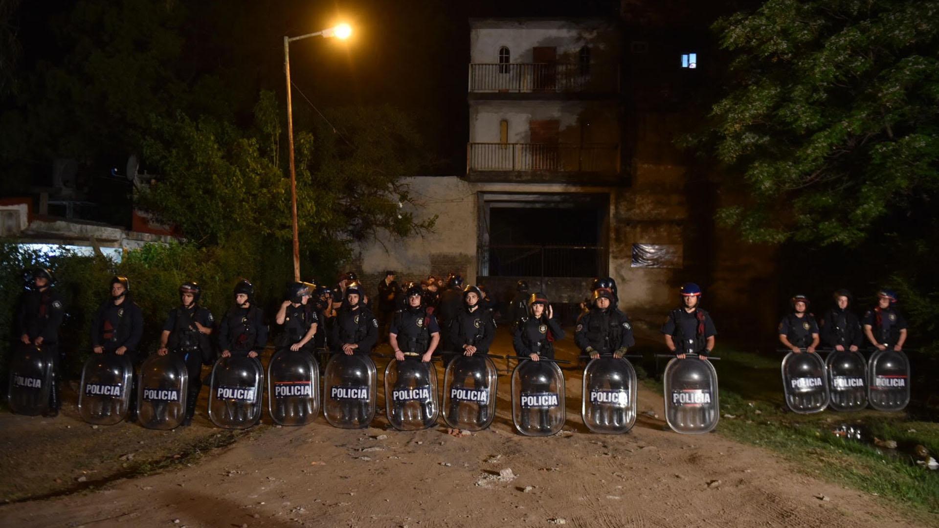 """Barricada policial frente al complejo """"El Campo"""", donde vivían Sheila Ayala y sus supuestos victimarios (Guille Llamos)"""