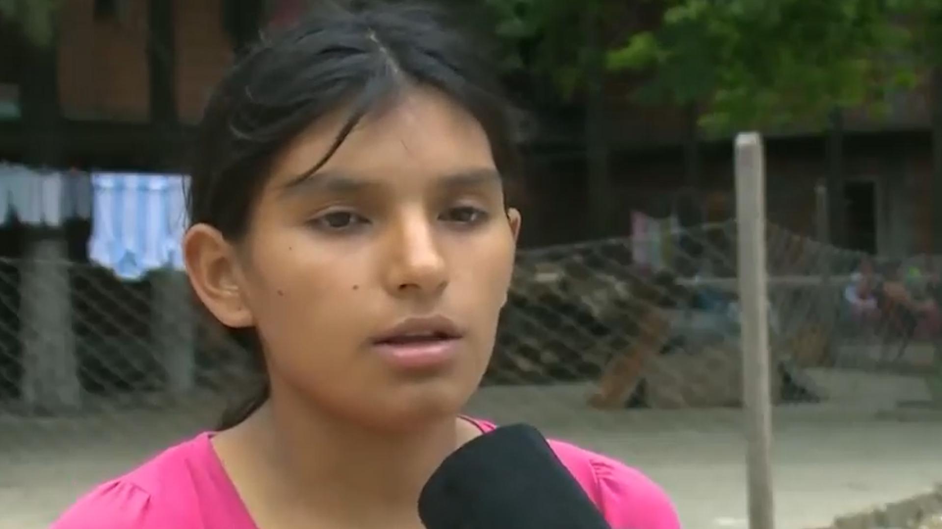 """Cinismo: Leonela en una entrevista en el barrio """"El Campo"""", pidiendo por la aparición de su sobrina."""