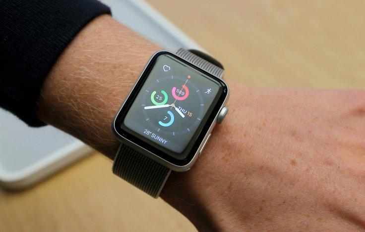 En los últimos tiempos se han puesto a la venta numerosos dispositivos electrónicos, como el Apple Watch (que aparece en la fotografía), capaces de monitorear la frecuencia cardíaca (Reuters)