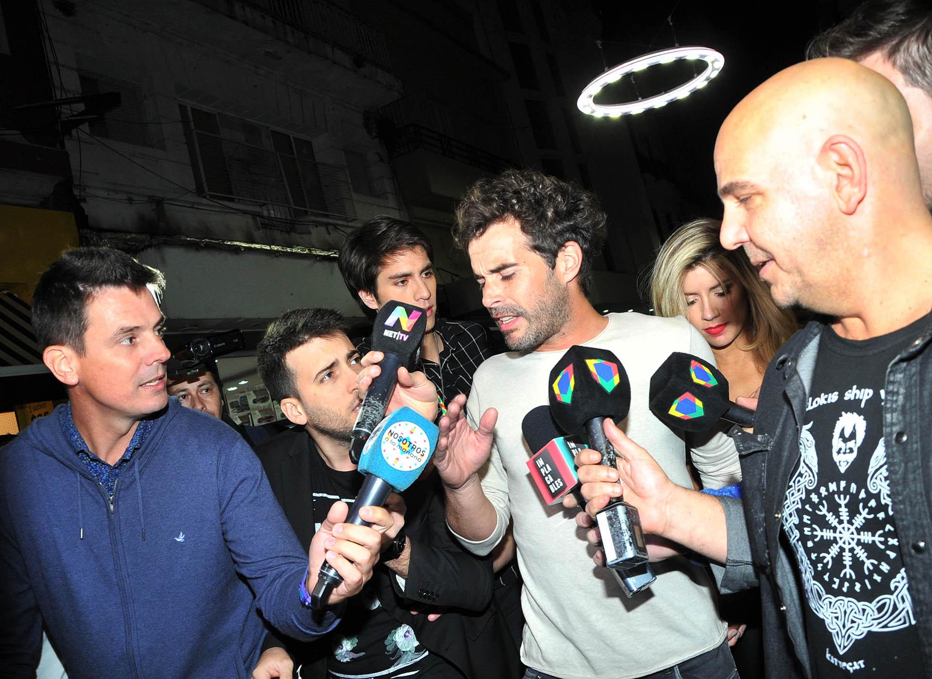 Nicolás Cabré se enfureció con los periodistas en una salida nocturna con su pareja, Laurita Fernández (Verónica Guerman / Teleshow)