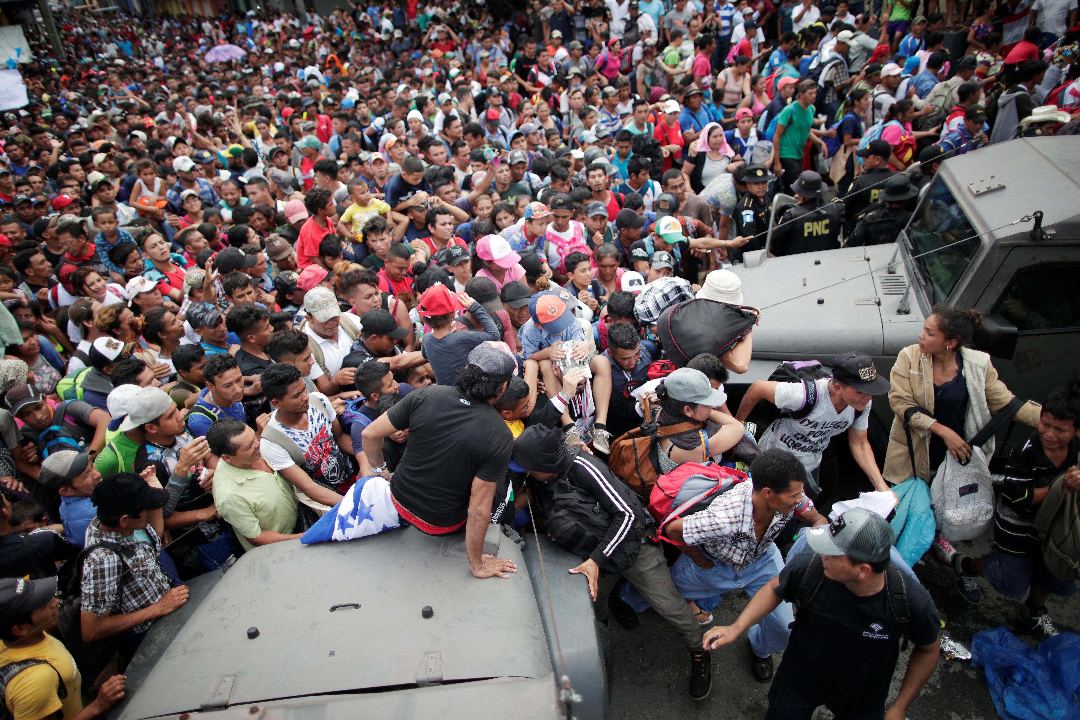 Migrantes esperando la frontera de Honduras y México. (REUTERS/Ueslei Marcelino)