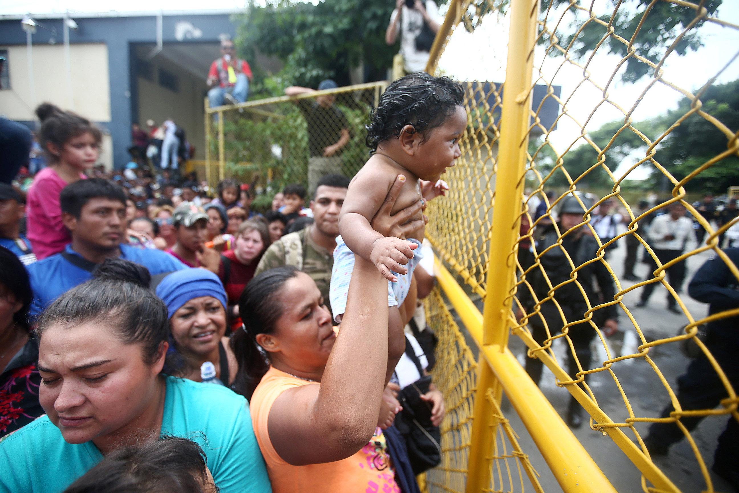 Migrantes esperando la frontera de Honduras y México.