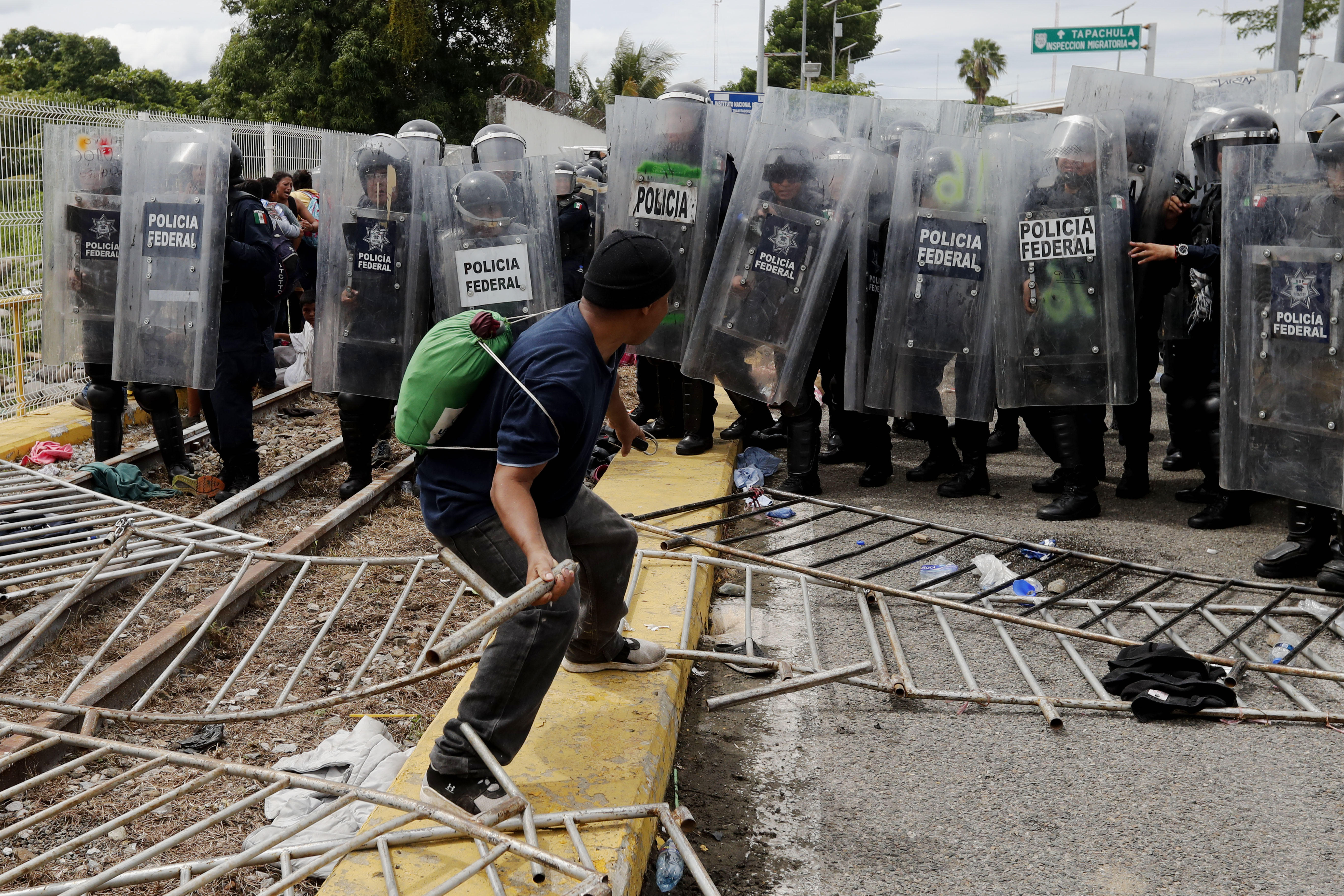 La policía mexicana trata de evitar el paso de migrantes hondureños a México. (EFE/Esteban Biba)