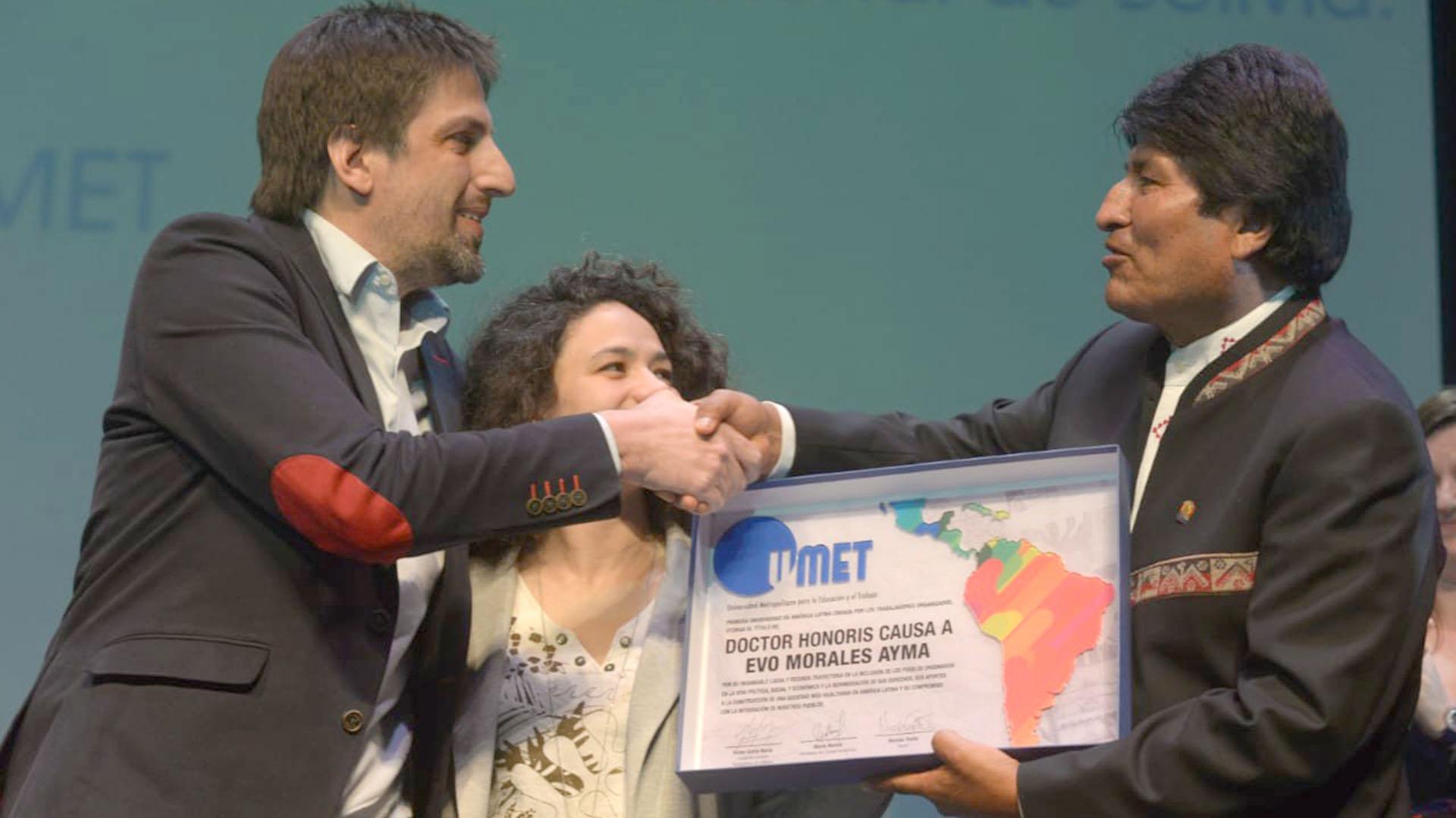 Nicolas Trotta hace entrega de la distinción Honoris Causa junto a una alumna