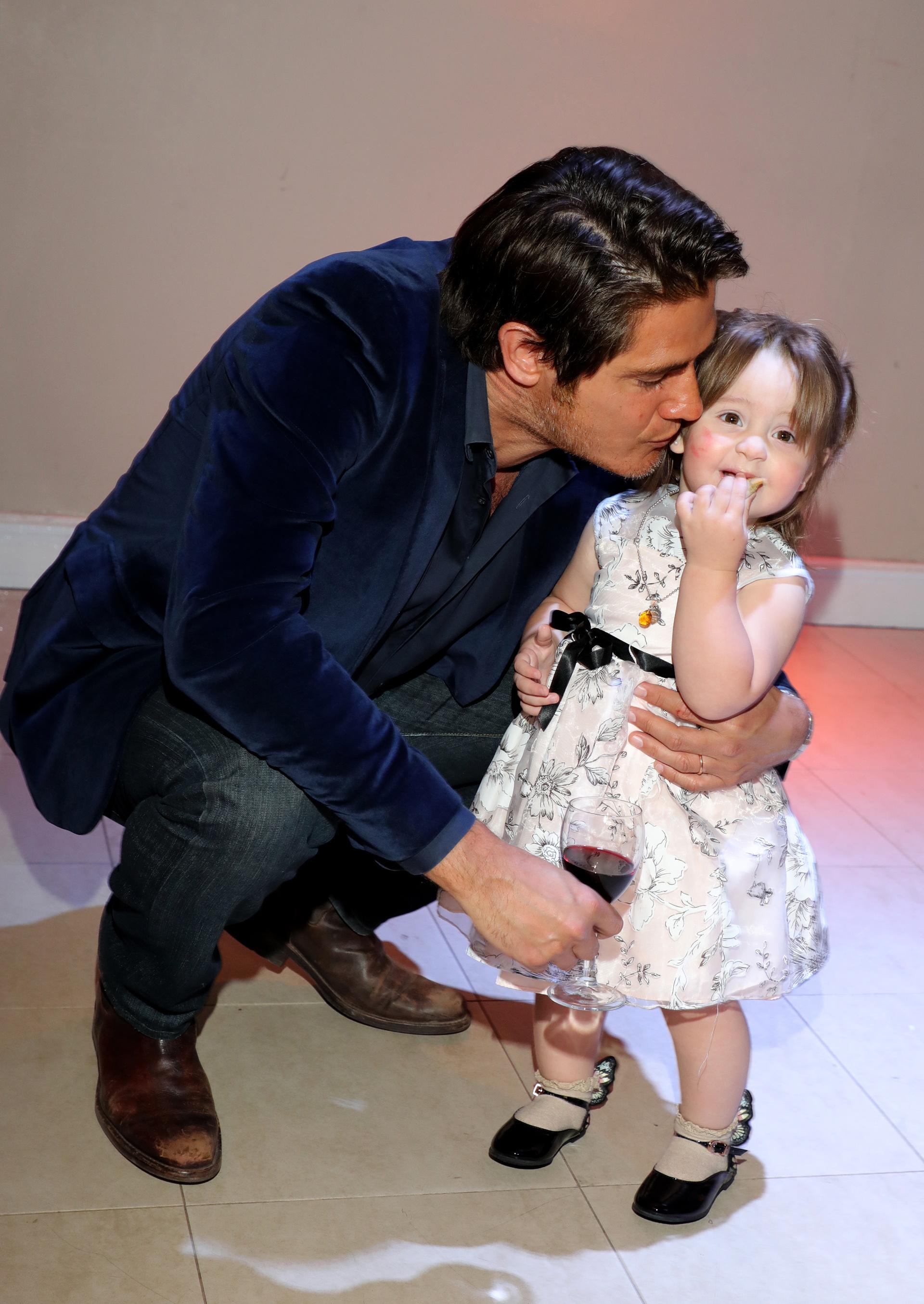 Guillermo Andino junto a la pequeña Alma