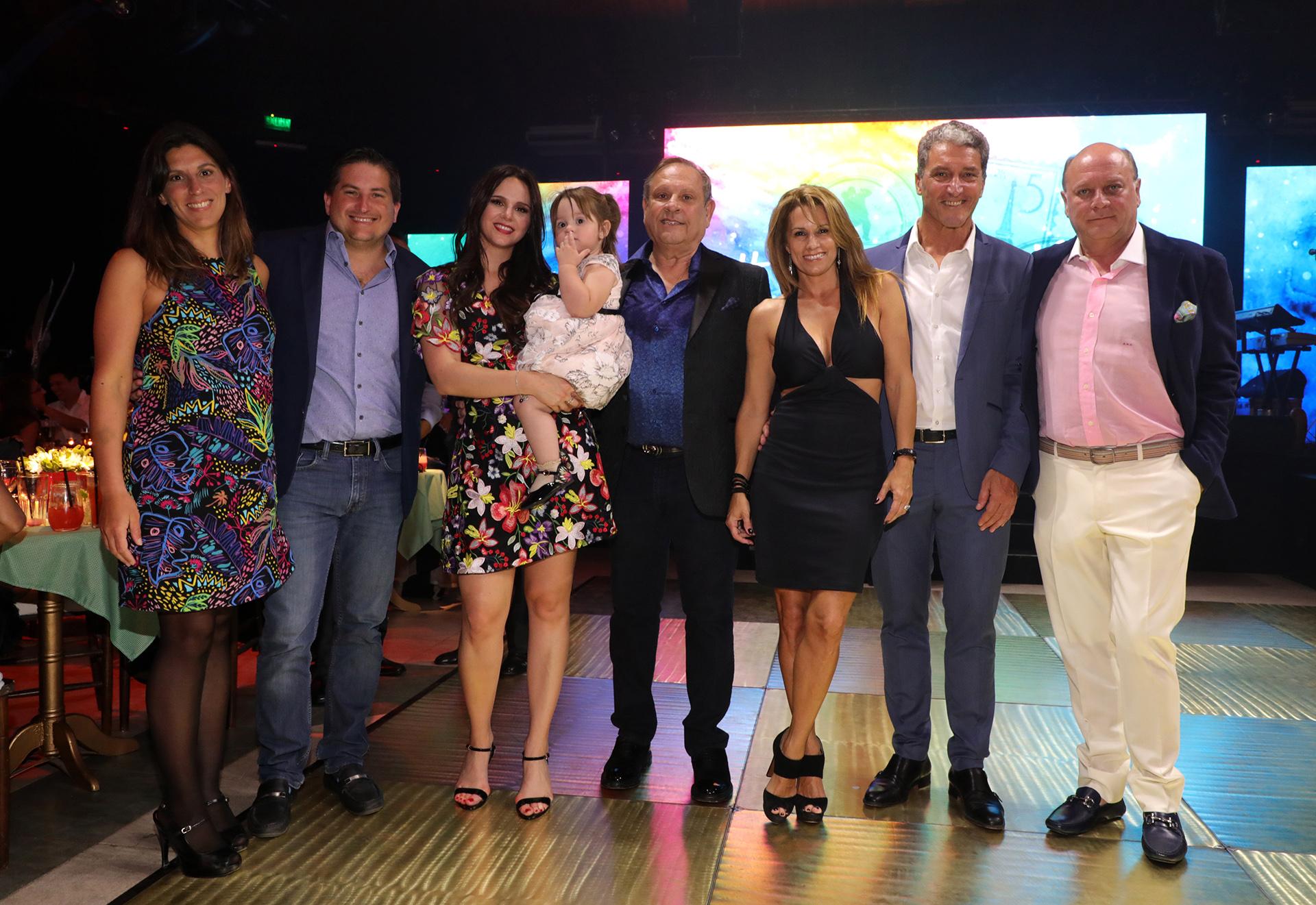Natalí Márquez y Nestor Abatidaga junto a su hija Alma en compañía de Gastón Corral y Romina Sasso, José Scioli y Erica Blau, y Martín Cabrales