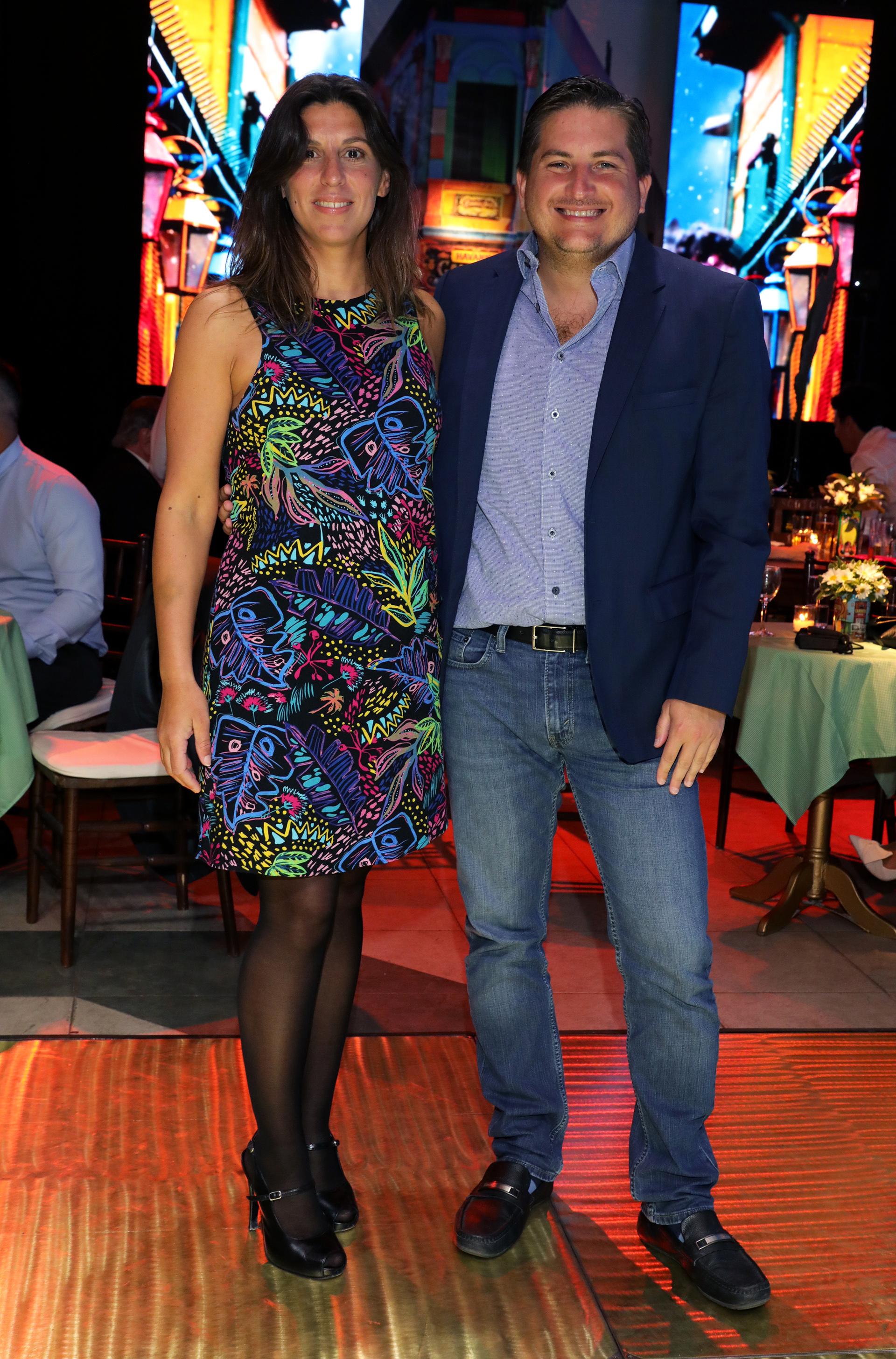 Gastón Corral, director de Sustentabilidad Corporativa de HSBC Argentina, y su mujer Romina Sasso en el sector ambientado en Caminito