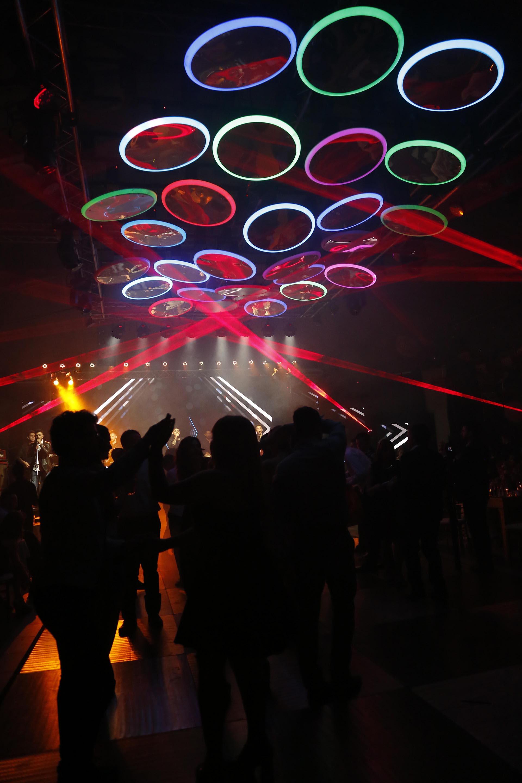 La moderna y colorida ambientación lumínica de la pista de baile
