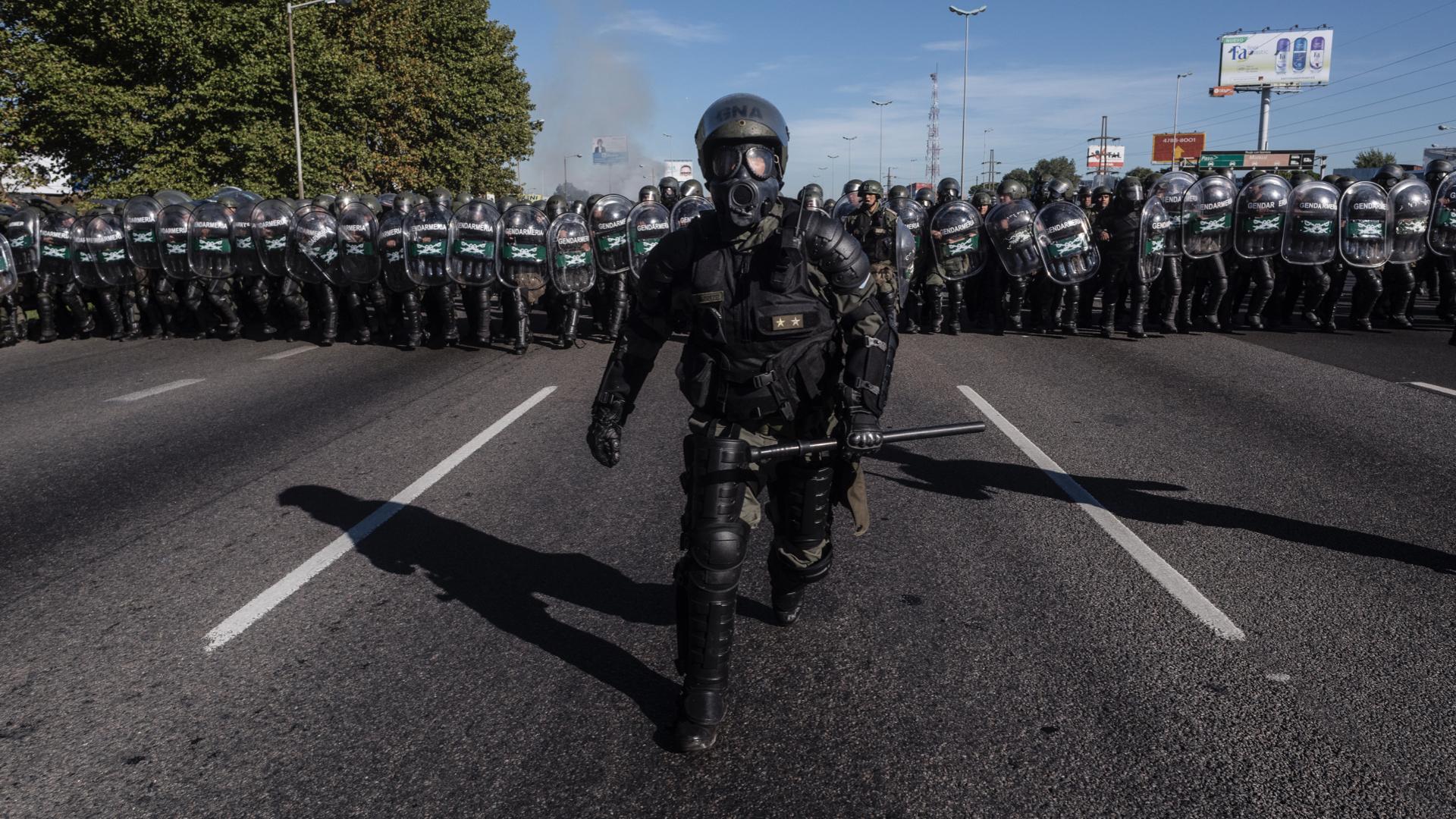 """Daniel Hadad puso como ejemplo de """"buen contenido"""" la fotografía tomada por elreportero gráficodeInfobae Adrián Escándar en abrilde 2017, minutos antes de que la Gendarmería nacional desalojara la autopista Panamericana durante un piquete de movimientos sociales y partidos de izquierdaen El Talar. Fue elegida como una de las fotos del año por laAsociación de Reporteros Gráficos de la República Argentina (ARGRA)"""