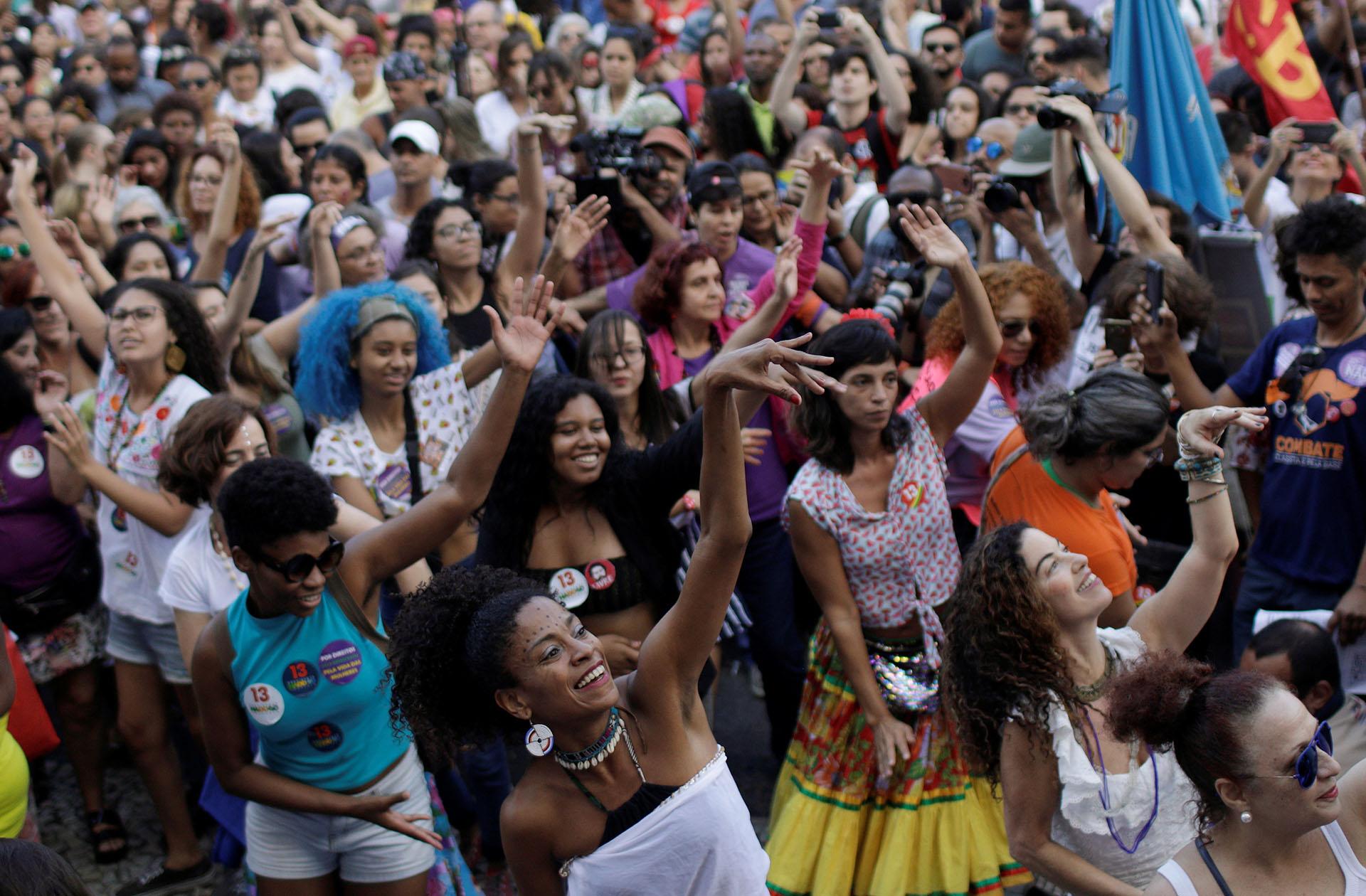 """Algunas de las asistentes portaron carteles con misivas como """"Fuera fascistas"""", """"Juntas somos más fuertes"""" y """"Mujeres en marcha por la democracia"""", durante la manifestación, convocada por diferentes movimientos sociales y feministas, los mismos que organizaron las masivas protestas del pasado 29 de septiembre"""