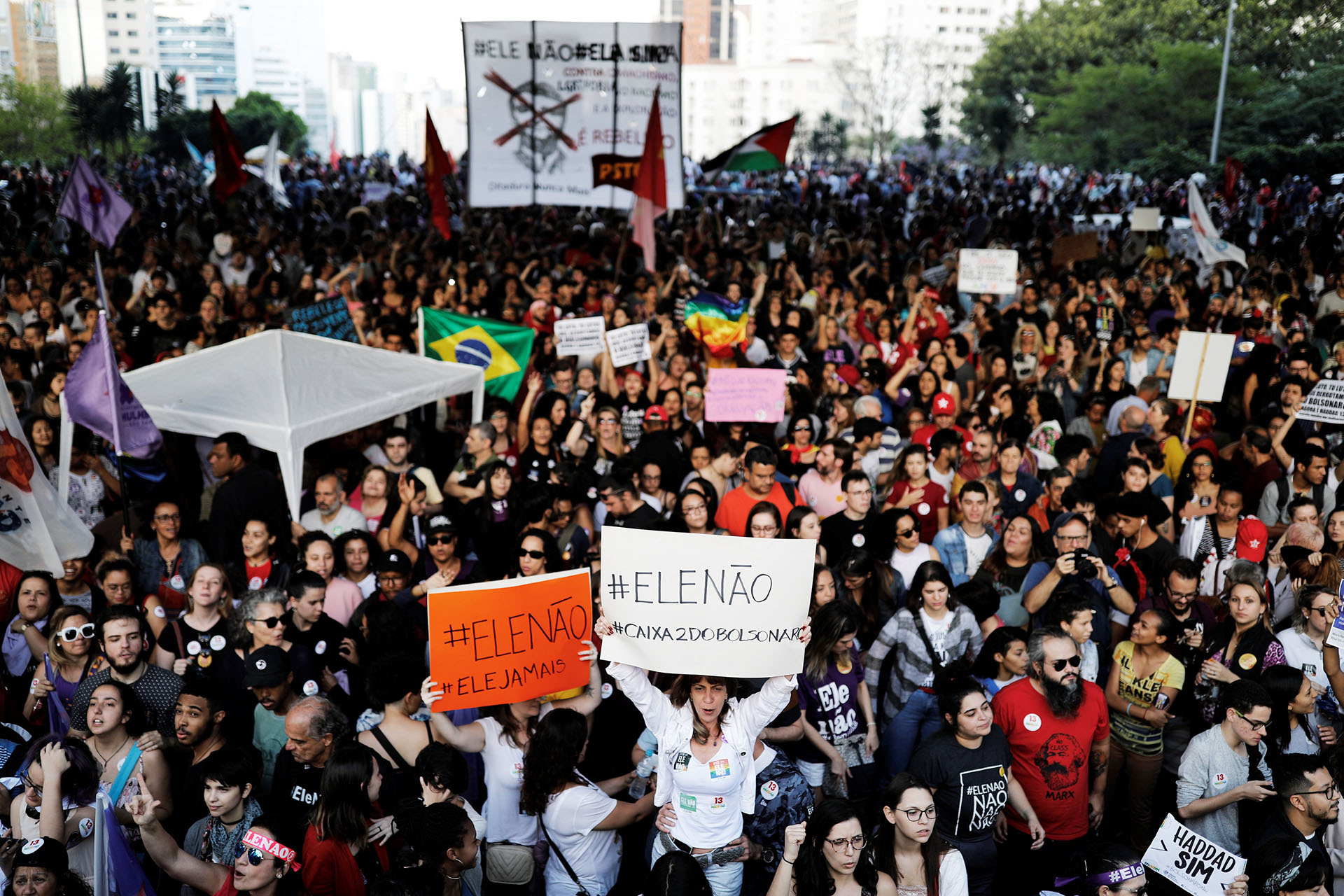 Bolsonaro, aún convaleciente de la puñalada que sufrió a principios de septiembre durante un mitin electoral, ha rechazado acudir a los debates televisados con Haddad, a pesar de haber sido liberado por su equipo médico para poder participar en los mismos