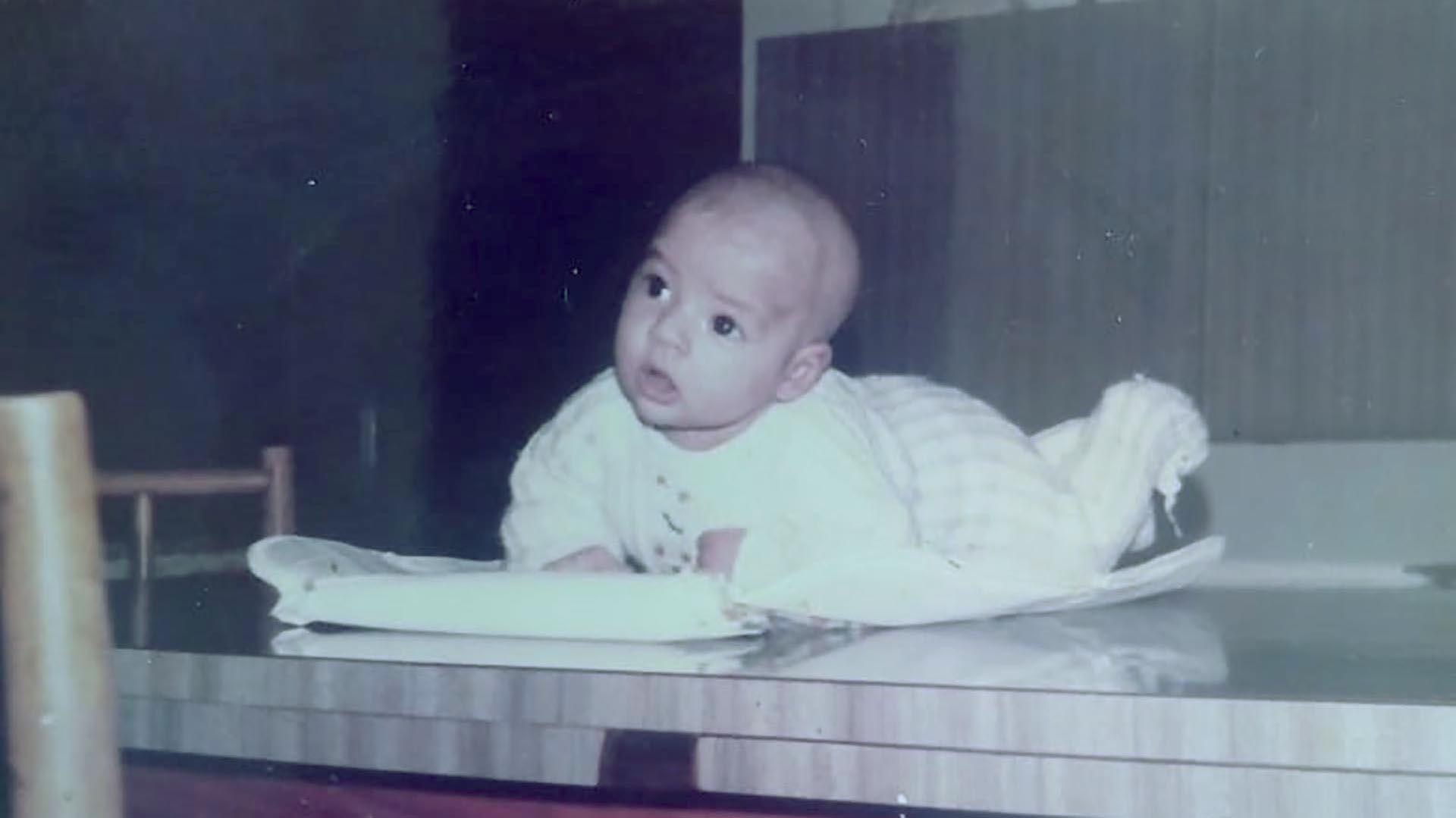 Natalia, en una foto familiar. Llegó a su familia adoptiva antes de cumplir un mes de vida