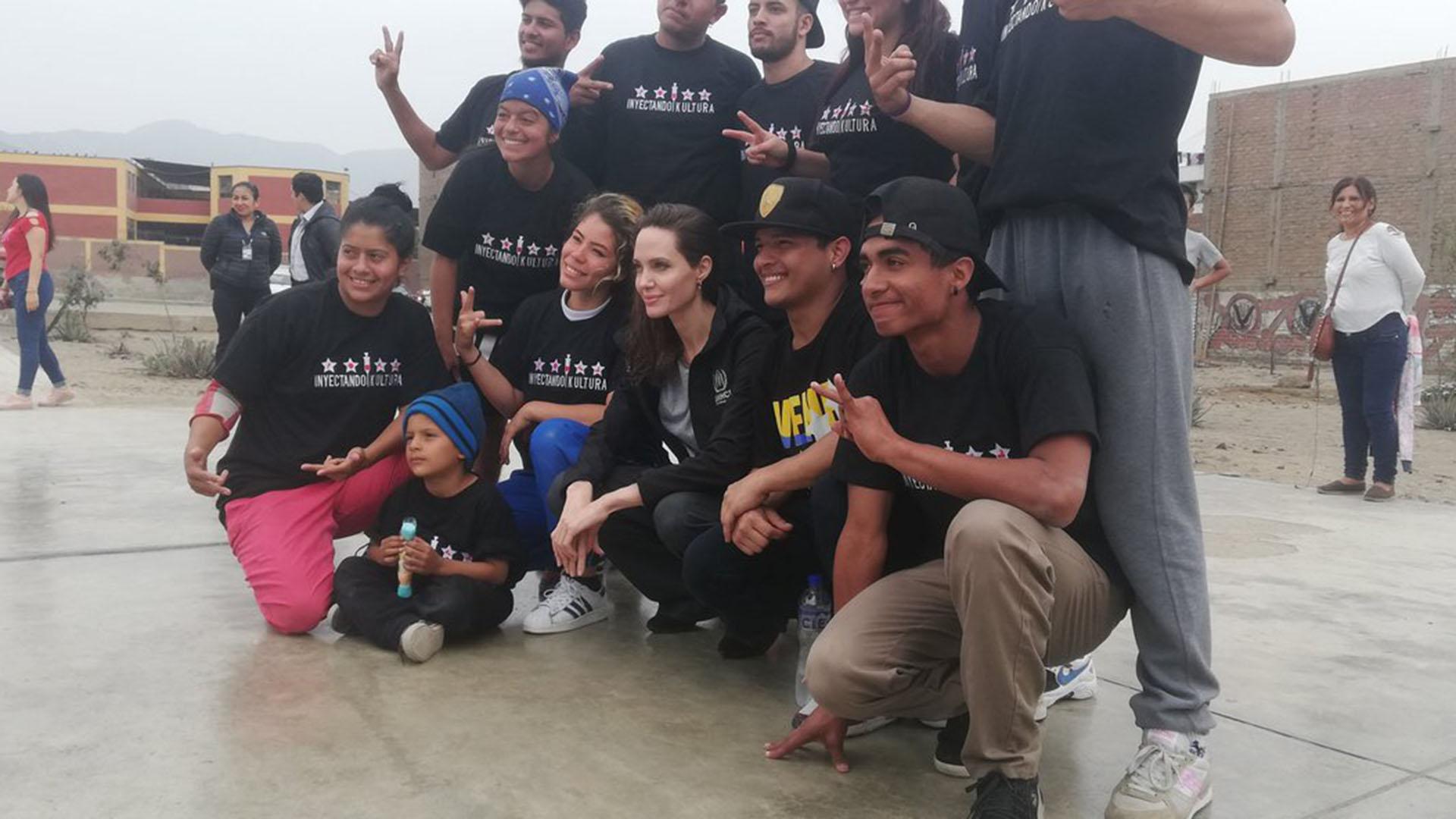 Angelina posa con un grupo de refugiados venezolanos (@rosmery_steph)