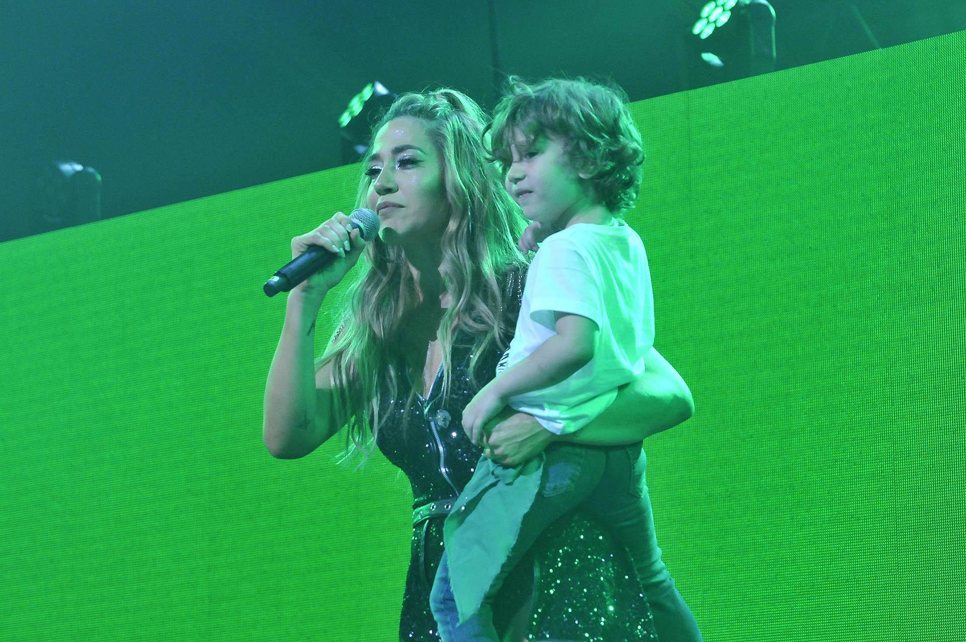 En el cierre del show, apareció su hijo Momo en el escenario