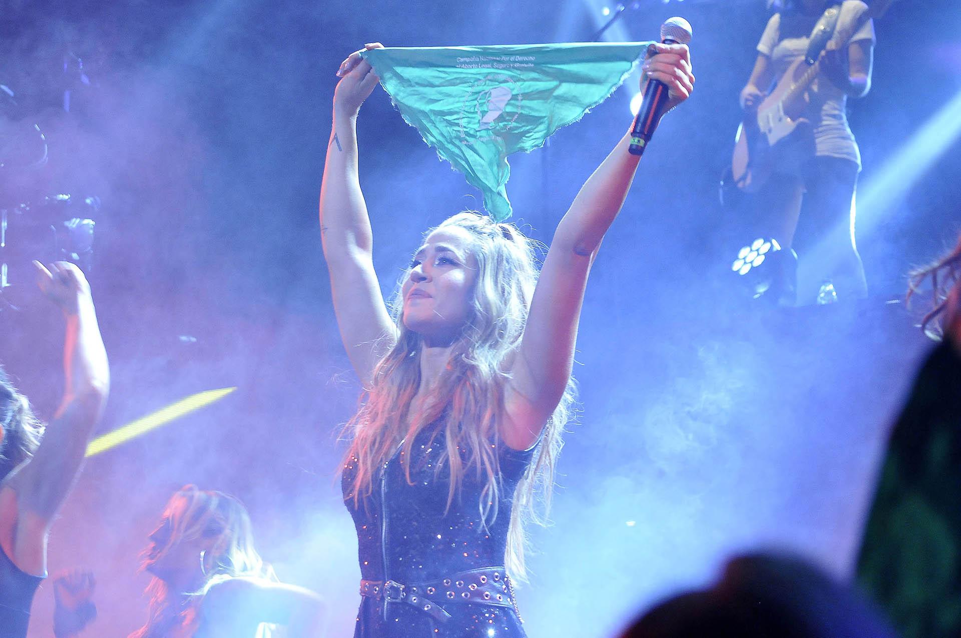 Con el pañuelo verde, en apoyo a la legalización del aborto