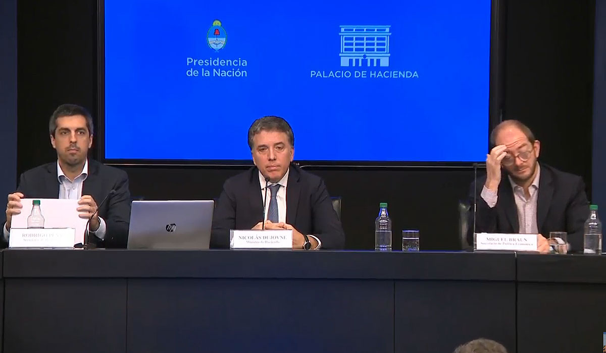 Dujovne (centro), junto a los secretarios Miguel Braun y Rodrigo Pena.