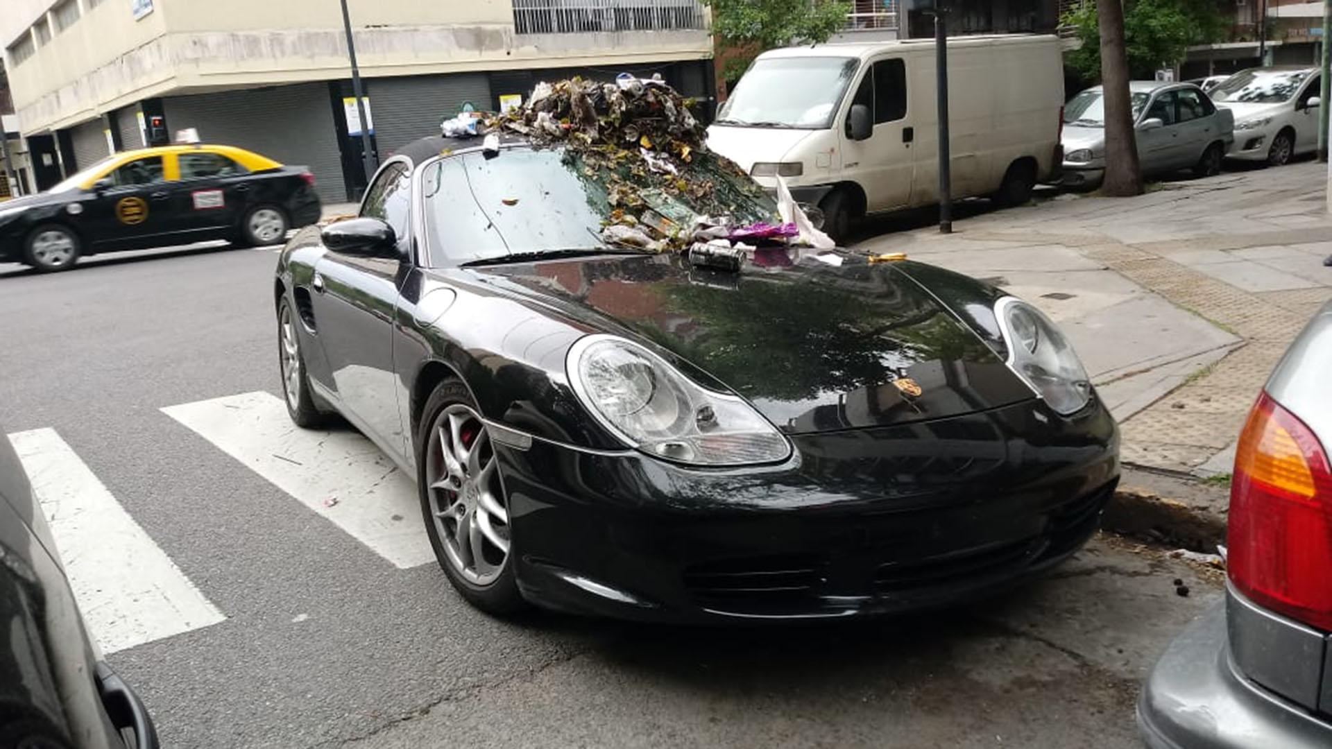 La imagen del Porsche estacionado en la esquina y coronado con una pila de basura (Twitter: @TransitoTwiit)