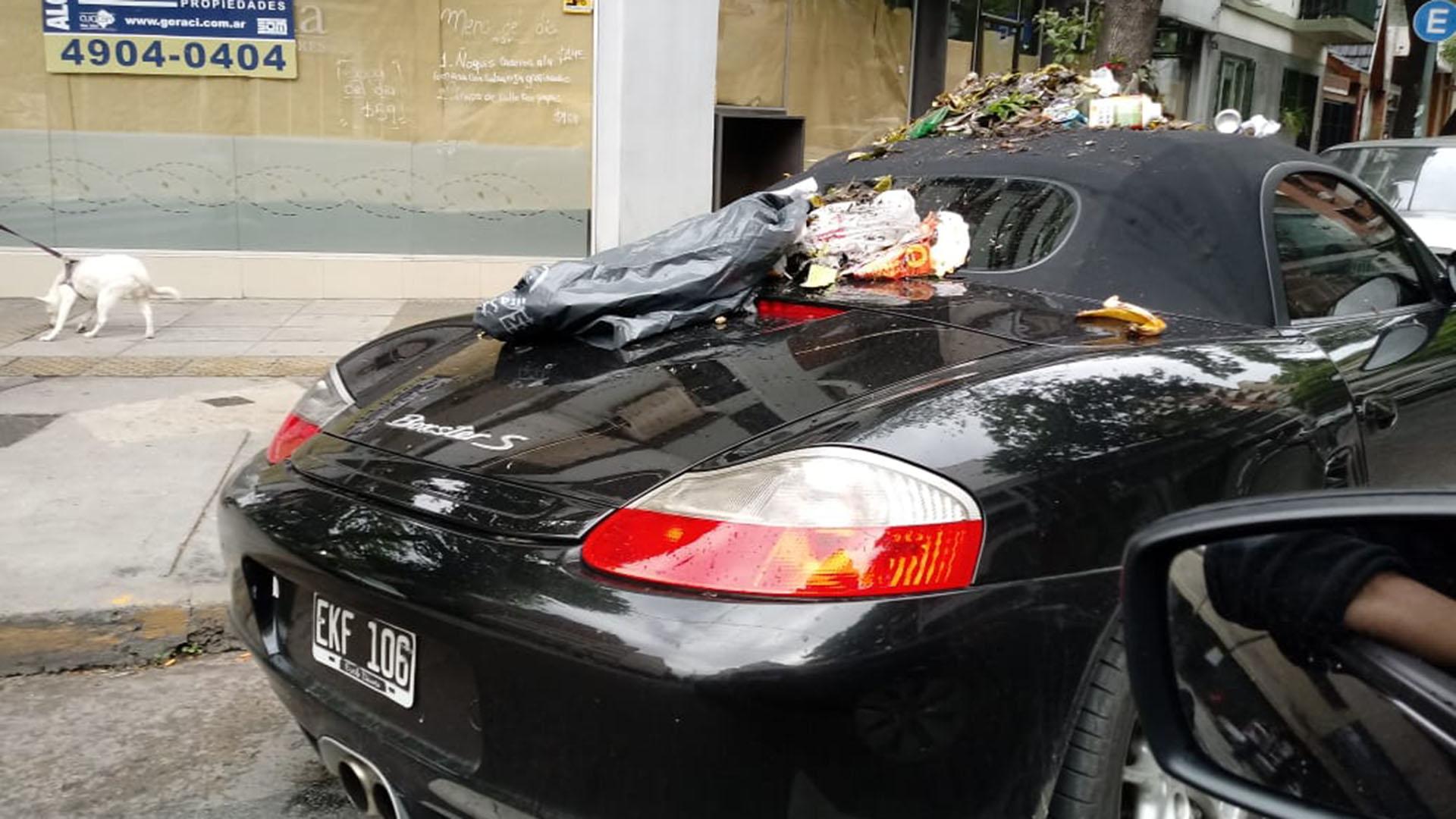 El conductor del deportivo lo estacionó en la esquina de la avenida Juan Bautista Alberdi y Viel en el barrio porteño de Caballito (Twitter: @TransitoTwiit)