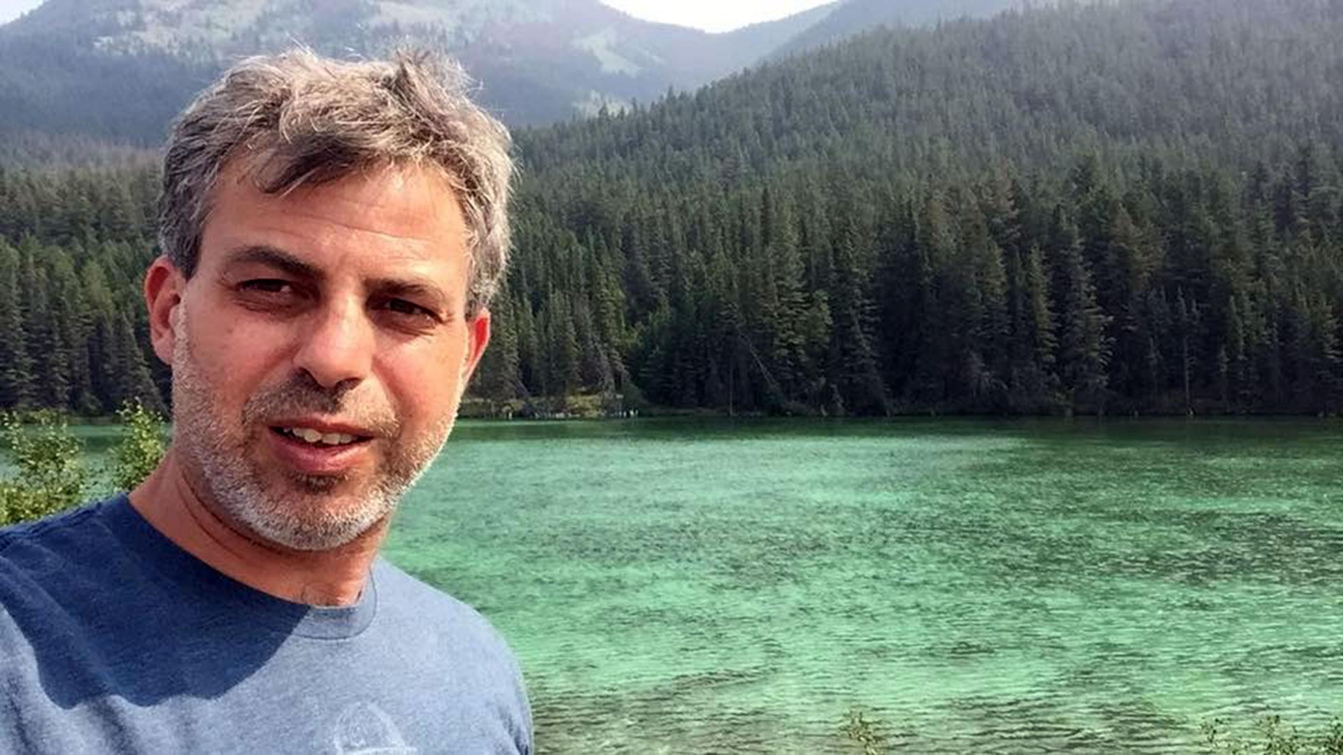 Enrique vive en Vancouver, Canadá.