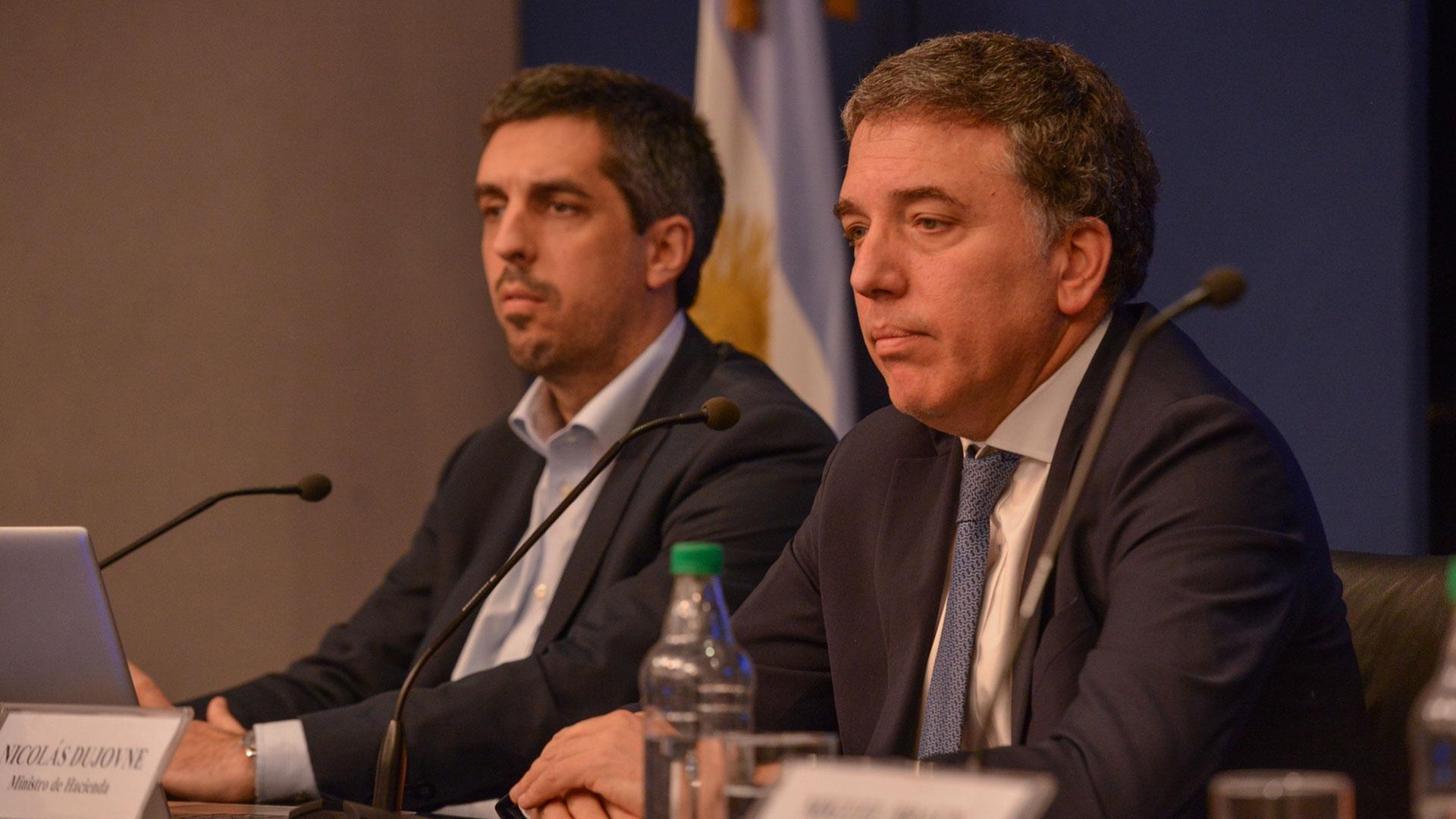El secretario y el ministro de Hacienda aseguraron que se está sobrecumpliendo la meta fiscal con menos impuestos y menos gastos