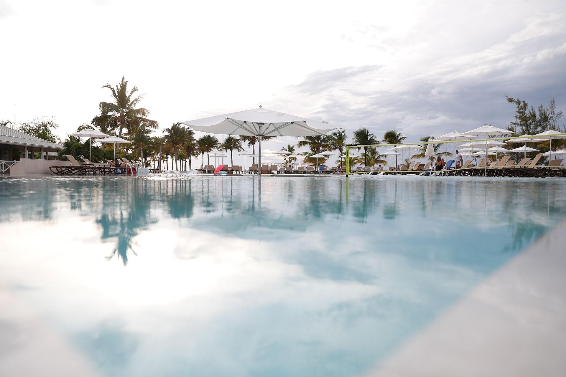 No todo es actividad deportiva, en la piscina relajarse al sol y deleitarse con un buen trago junto a la barra también es una excelente opción