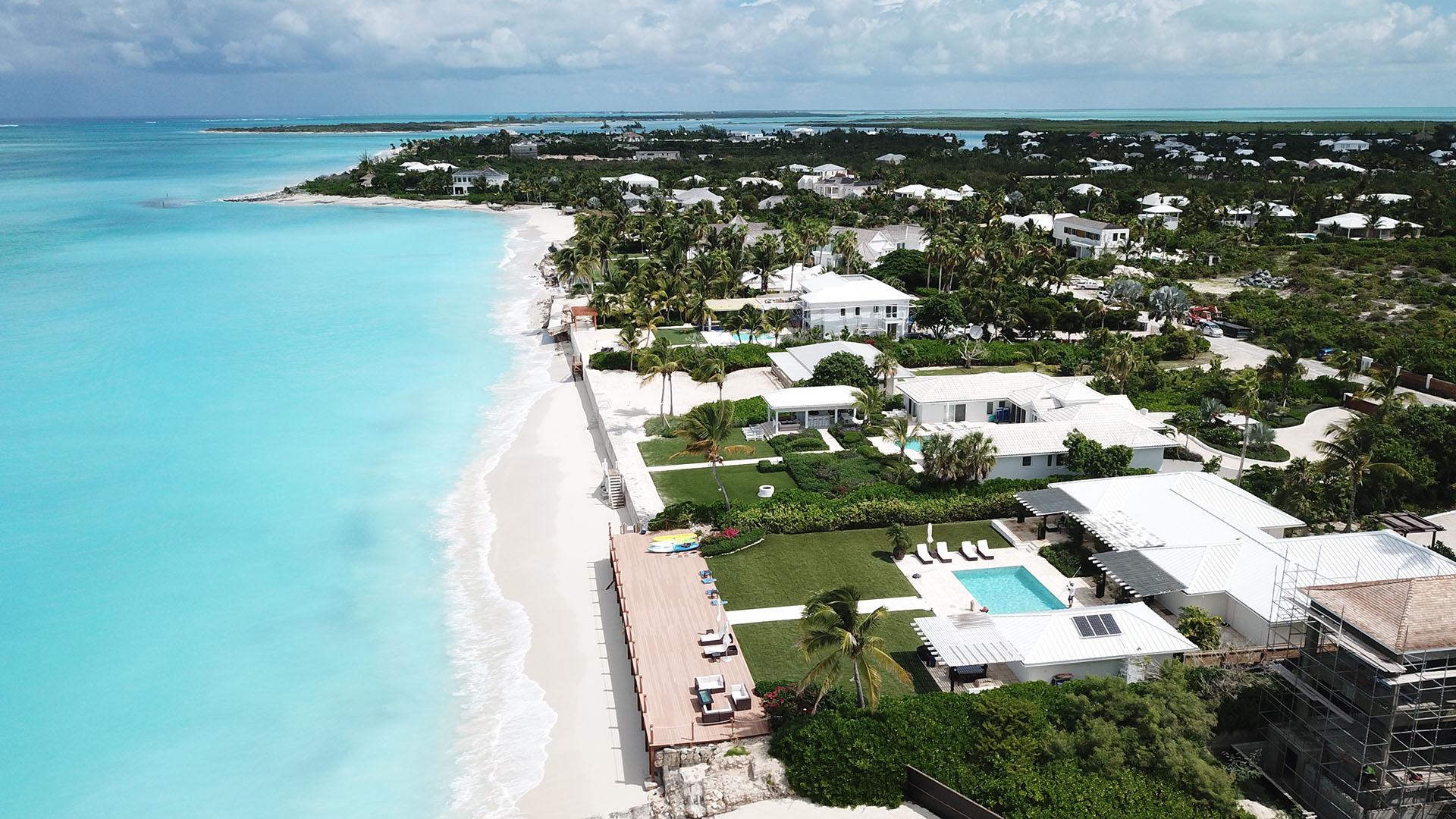 Villas privadas con salida exclusiva a la playa. Todas las mansiones construidas en el archipiélago son blancas, un color característico de Turks and Caicos