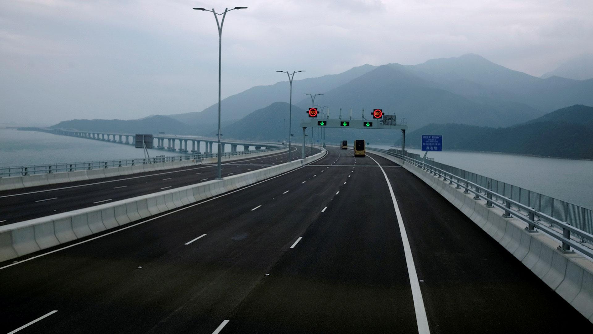 El puente ha sido muy criticado, sobre todo en Hong Kong, por las polémicas que acompañaron su construcción, que empezó en 2009, incluyendo retrasos y un presupuesto mucho mayor que el previsto inicialmente