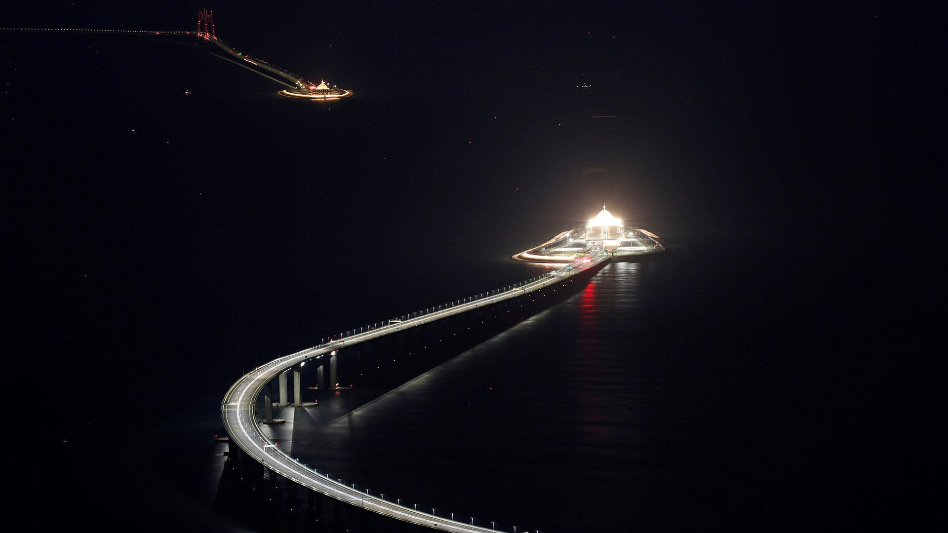 Pasado uno de los túneles, la carretera sube de nuevo hacia un puente que llega hasta la isla hongkonesa de Lantau y la gigantesca isla artificial donde se construyó el aeropuerto internacional de esta ex colonia británica