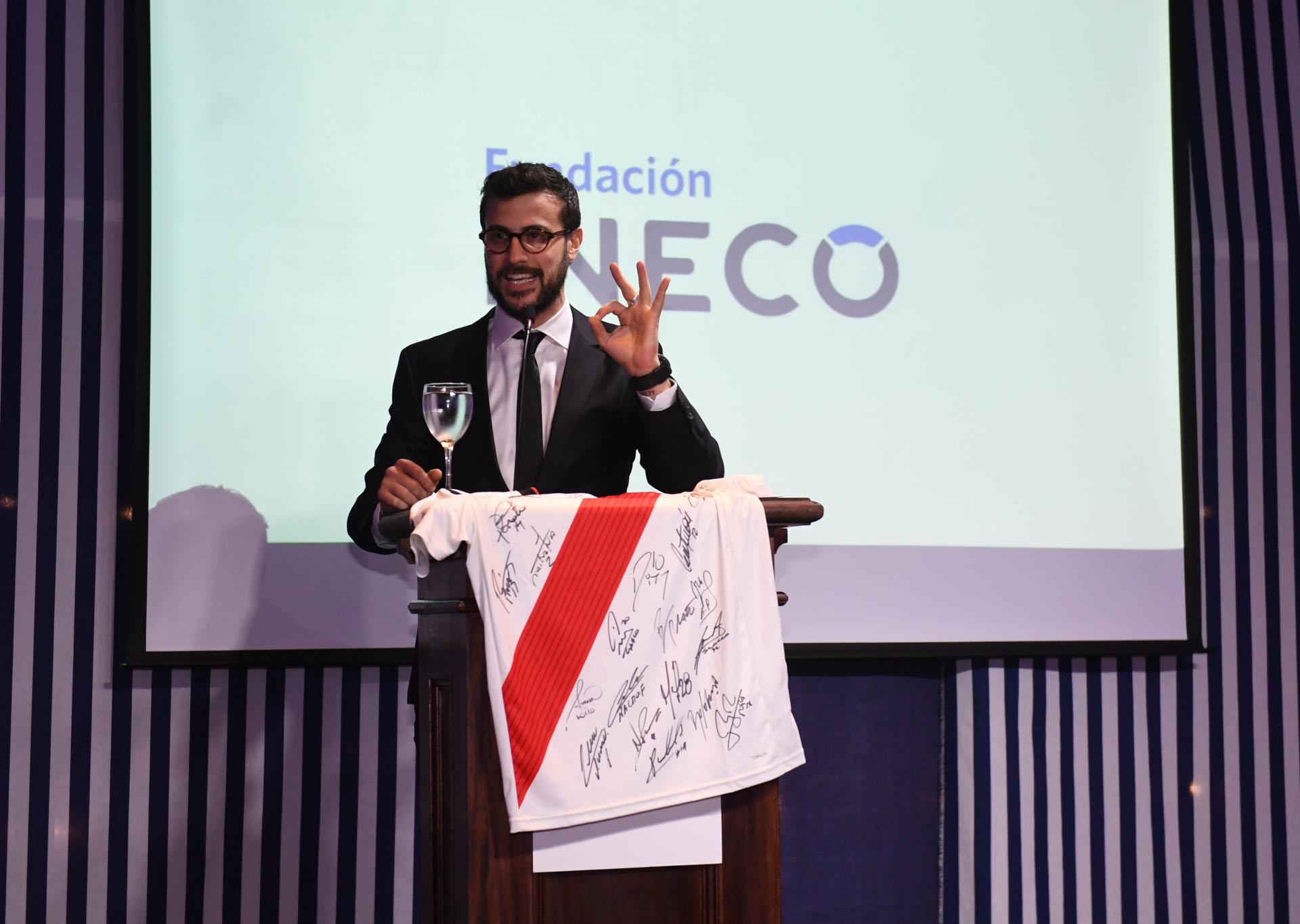 Diego Leuco, el conductor de la velada, durante la subasta de camisetas de fútbol que fueron donadas para la recaudación de fondos
