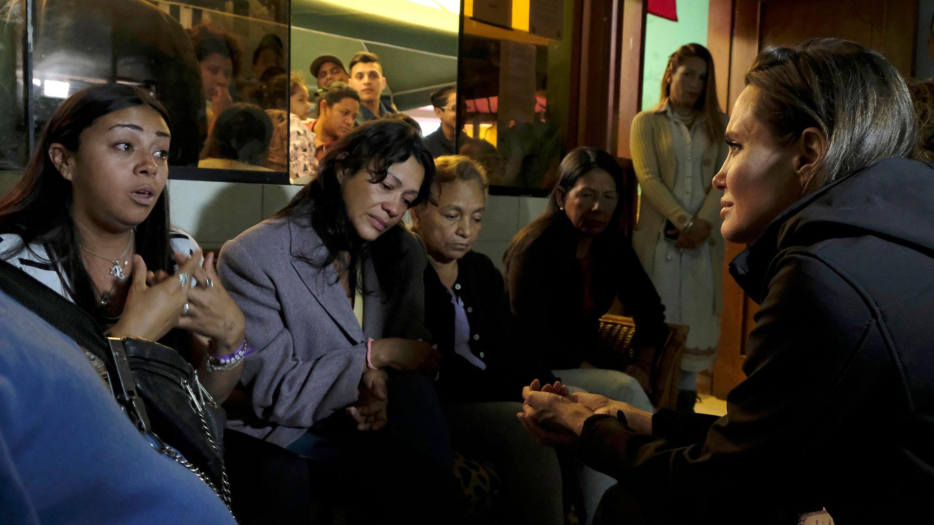 Angelina Jolie escucha los testimonios de mujeres venezolanas en un albergue en Lima (EFE)