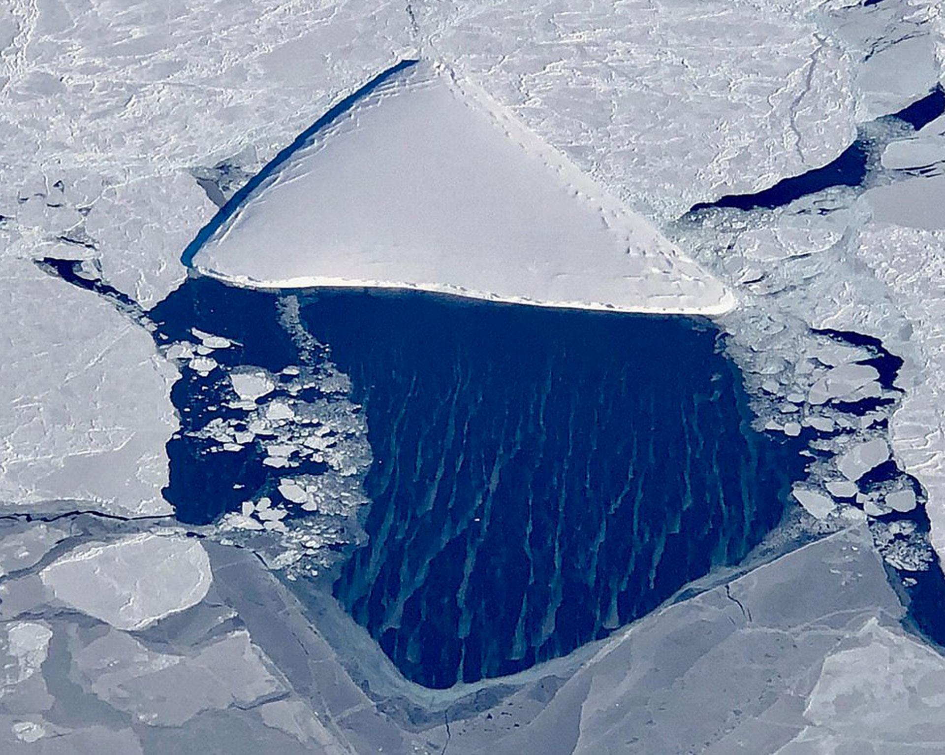 Pizzaberg, el iceberg con forma de pizza detectado por los científicos en la zona del desprendimiento del A68, uno de los bloques de hielos más grandes registrados (NASA/IceBridge)
