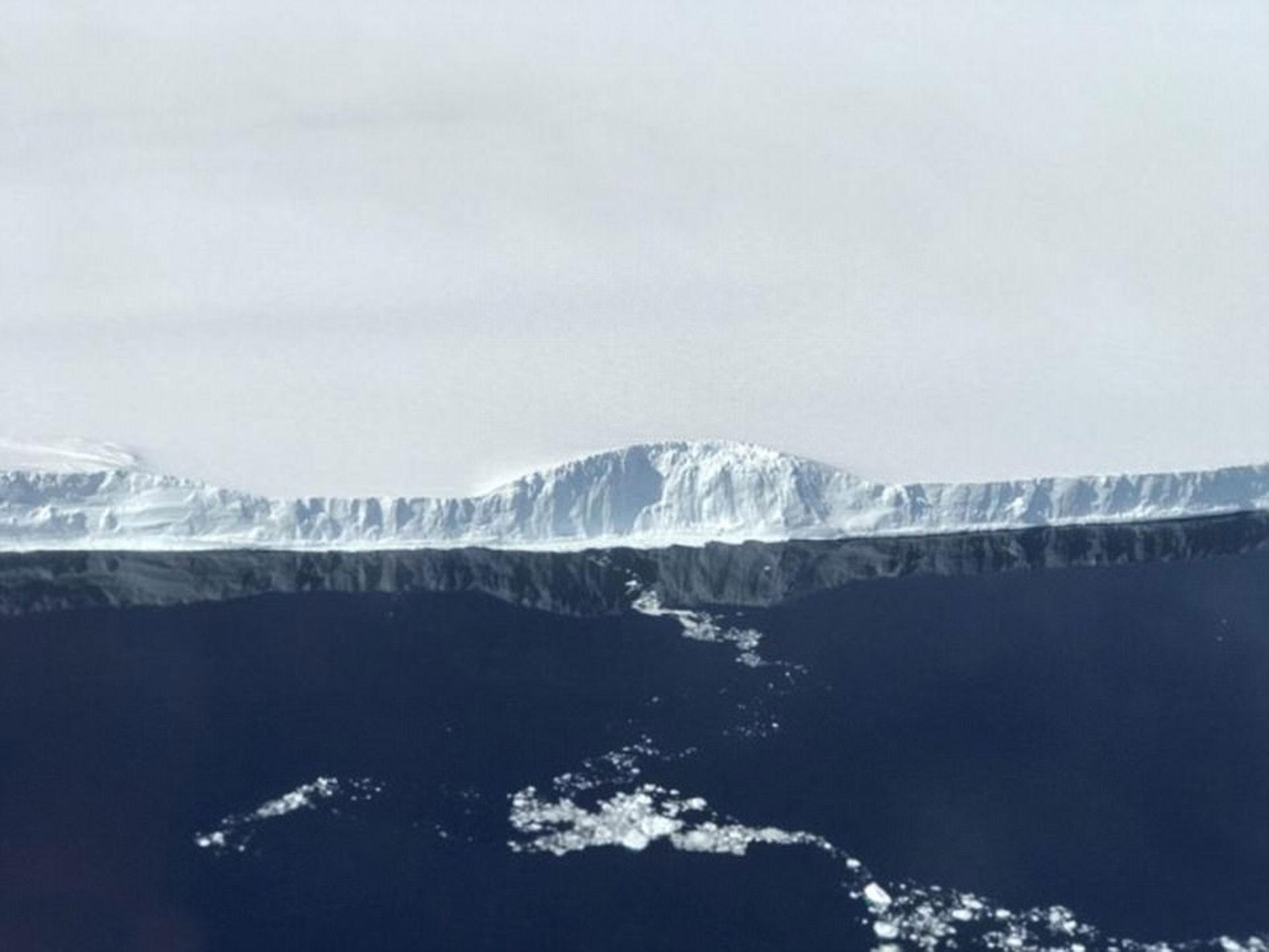 Imagen del A68, el bloque de hielo que se desprendió de la plataforma Larsen C en julio de 2017 (NASA)