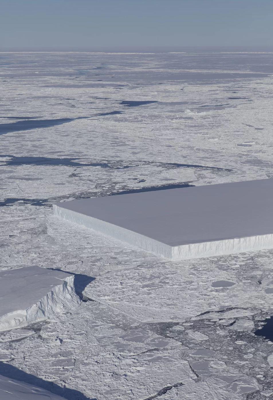 El iceberg rectangular captado por la operación IceBridge de la NASA. Sus ángulos tan pronunciados serían prueba de que se desprendió recientemente de la plataforma Larsen C (NASA/IceBridge)