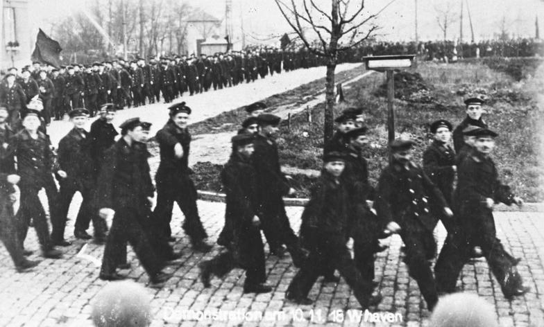 Marinos alemanos sublevados en su puerto sobre el final de la Primera Guerra Mundial. Su motín precipitó el período revolucionario en el que se gestó la República de Weimar