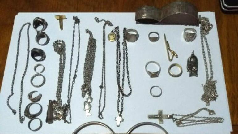 Parte de las joyas secuestradas a Jorge Alberto G. en uno de los tres domicilios que alternaba, en la localidad bonaerense de José Marmol.