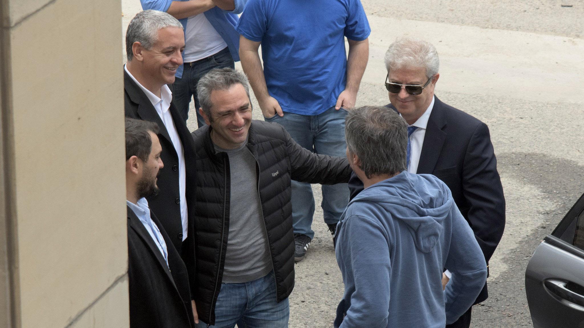 "El diputado kirchnerista Andrés ""Cuervo"" Larroque recibió a Máximo en la puerta del Tribunal (fotos: Adrián Escandar)"