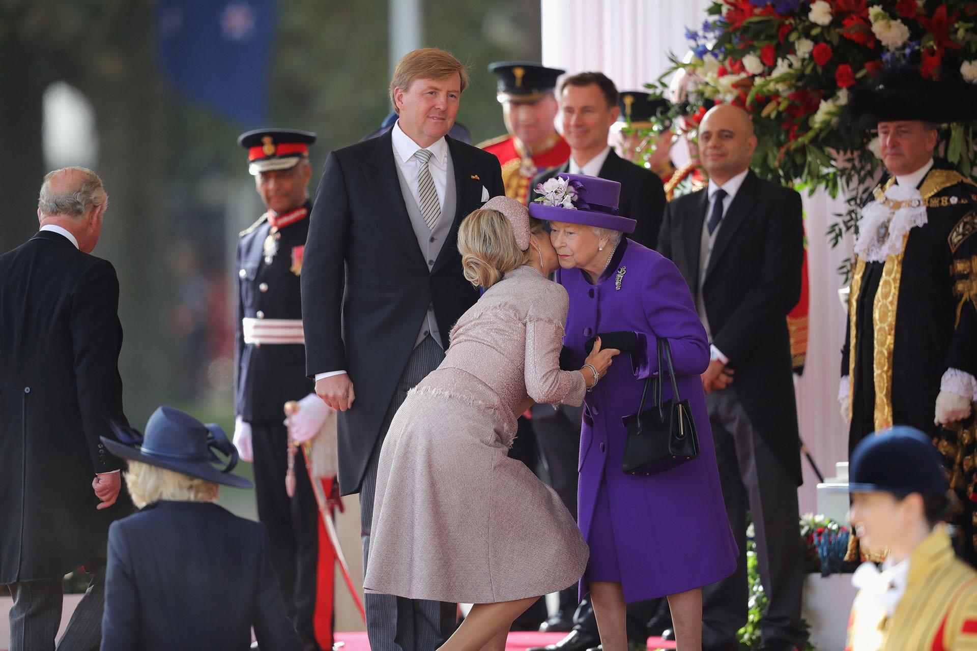 Los reyes de Holanda fueron recibidos por la reina Isabel en la sede de la guardia real, en Londres, con una gran ceremonia