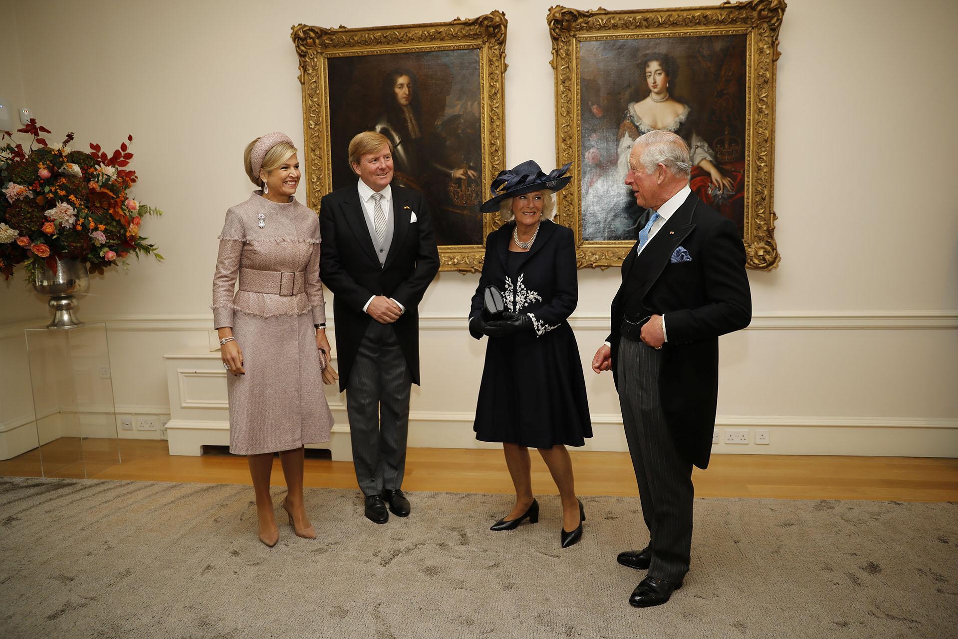 Los reyes de Holanda posaron con el príncipe Carlos y la duquesa deCornwall en la residencia de Holanda en Londres