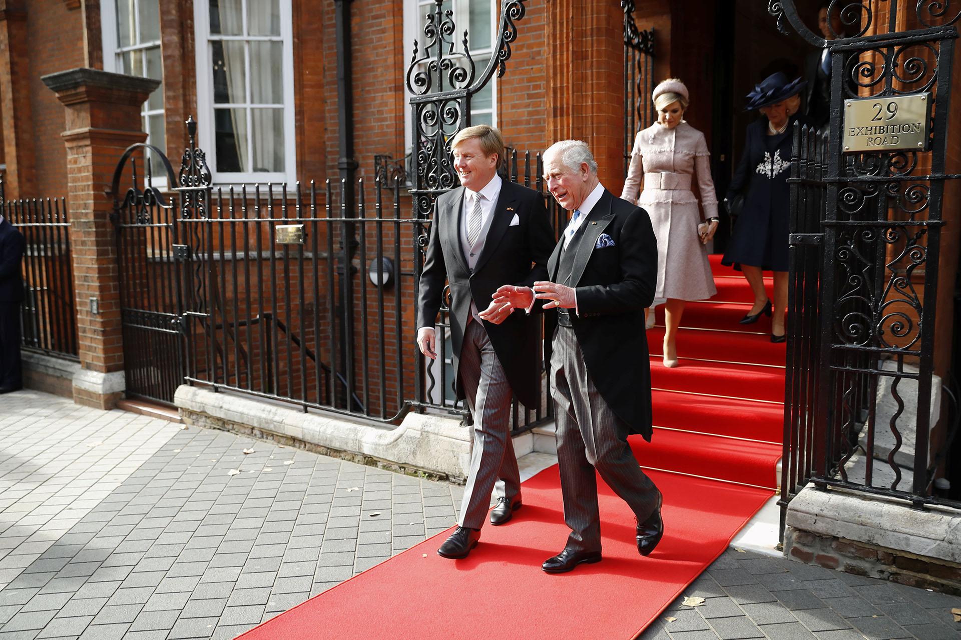 El príncipe Carlos, heredero al trono británico, y su mujer, Camilla, duquesa de Cornualles, acompañaron a los reyes de Holanda desde la embajada de su país en Londres hasta la sede de la guardia real, cerca de la residencia de Downing Street.