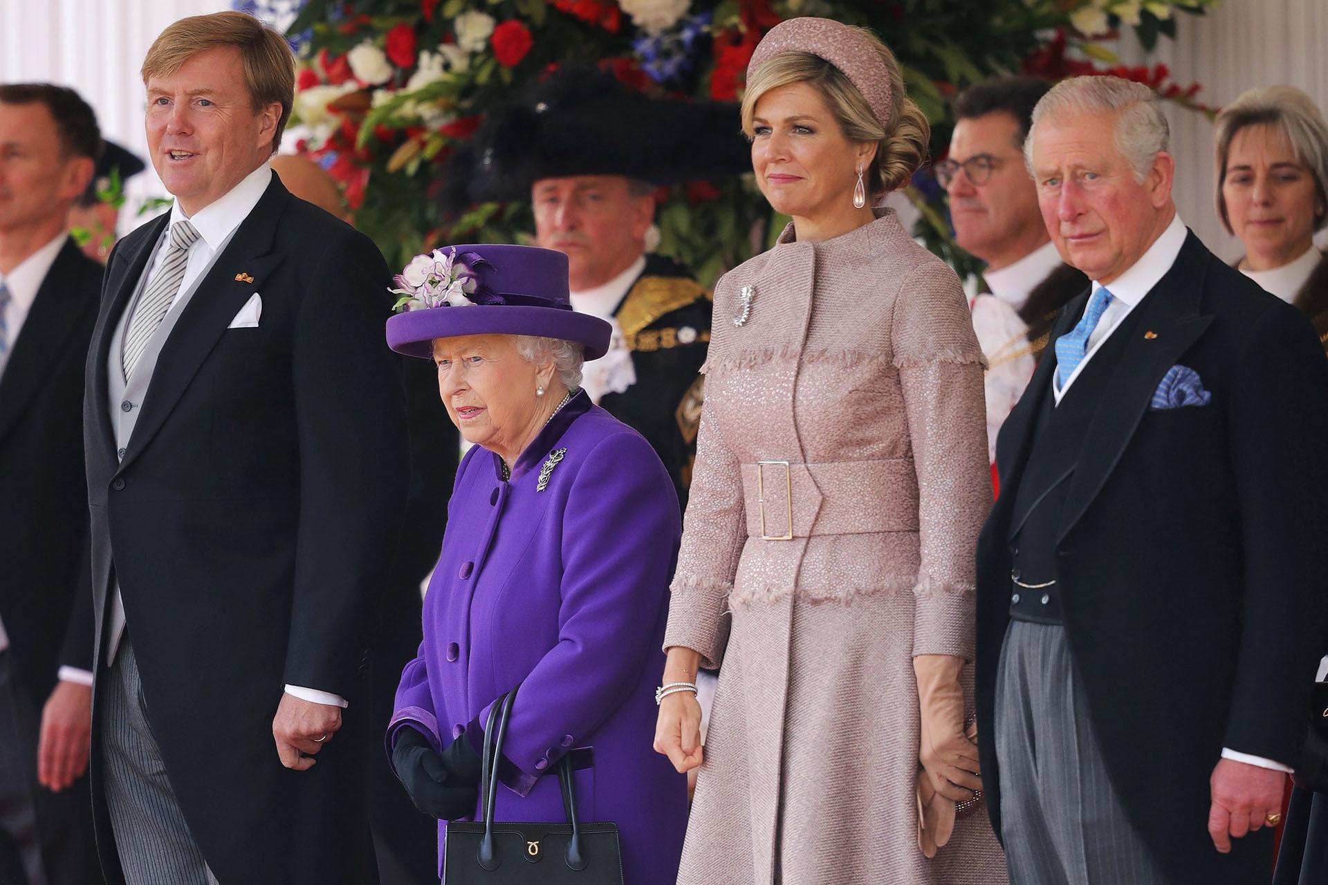 La reina Isabel II, el príncipe Carlos, la reina Máxima y el rey Guillemo durante la gala de bievenida en Londres