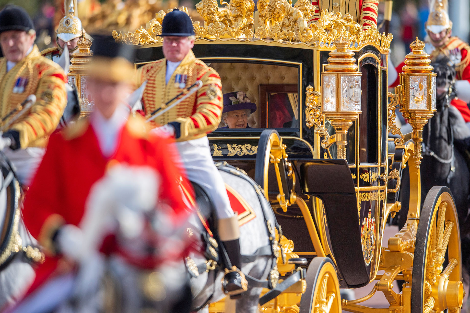 Isabel II llegó en un carruaje al Palacio de Buckingham para reunirse con los reyes de Holanda