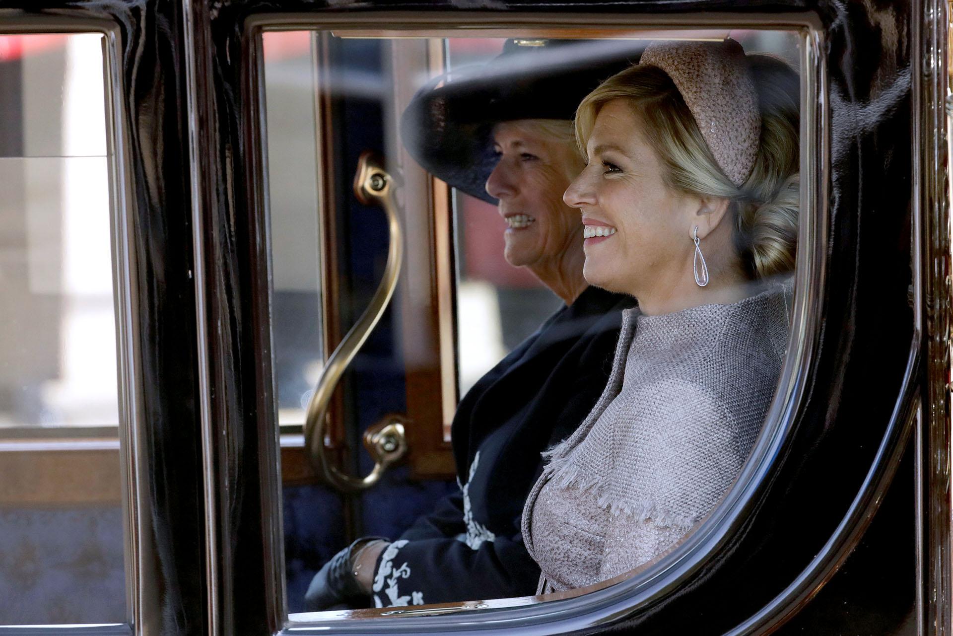 Camilla, la duquesa de Cornwall, y la reina Máxima, en una carruaje camino a reunirse con la reina Isabel II