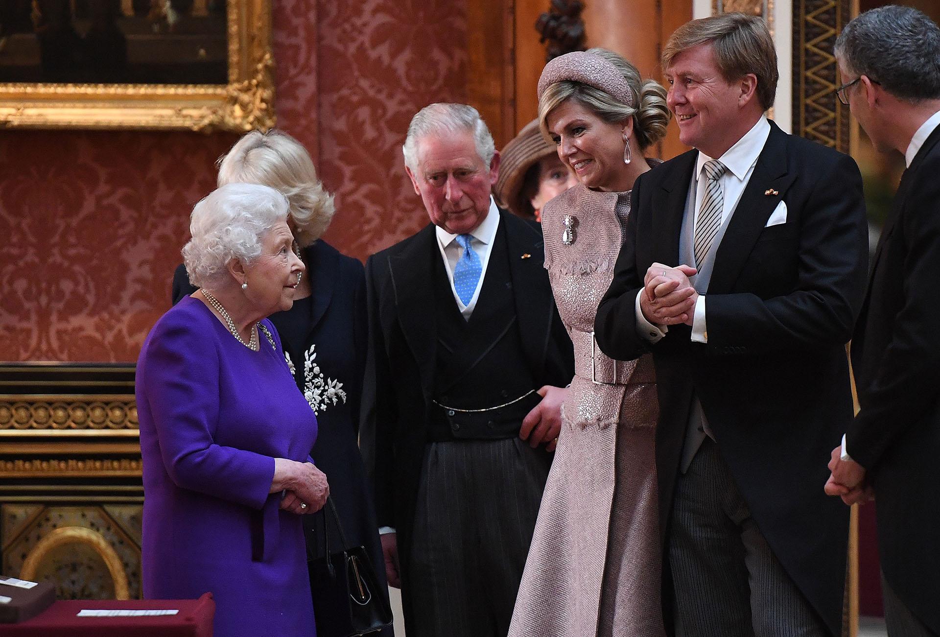 La reina Isabell II junto a los reyes de Holanda y el príncipe Carlos, que estuvo acompañado por su esposa Camila, la duquesa de Cornwall .