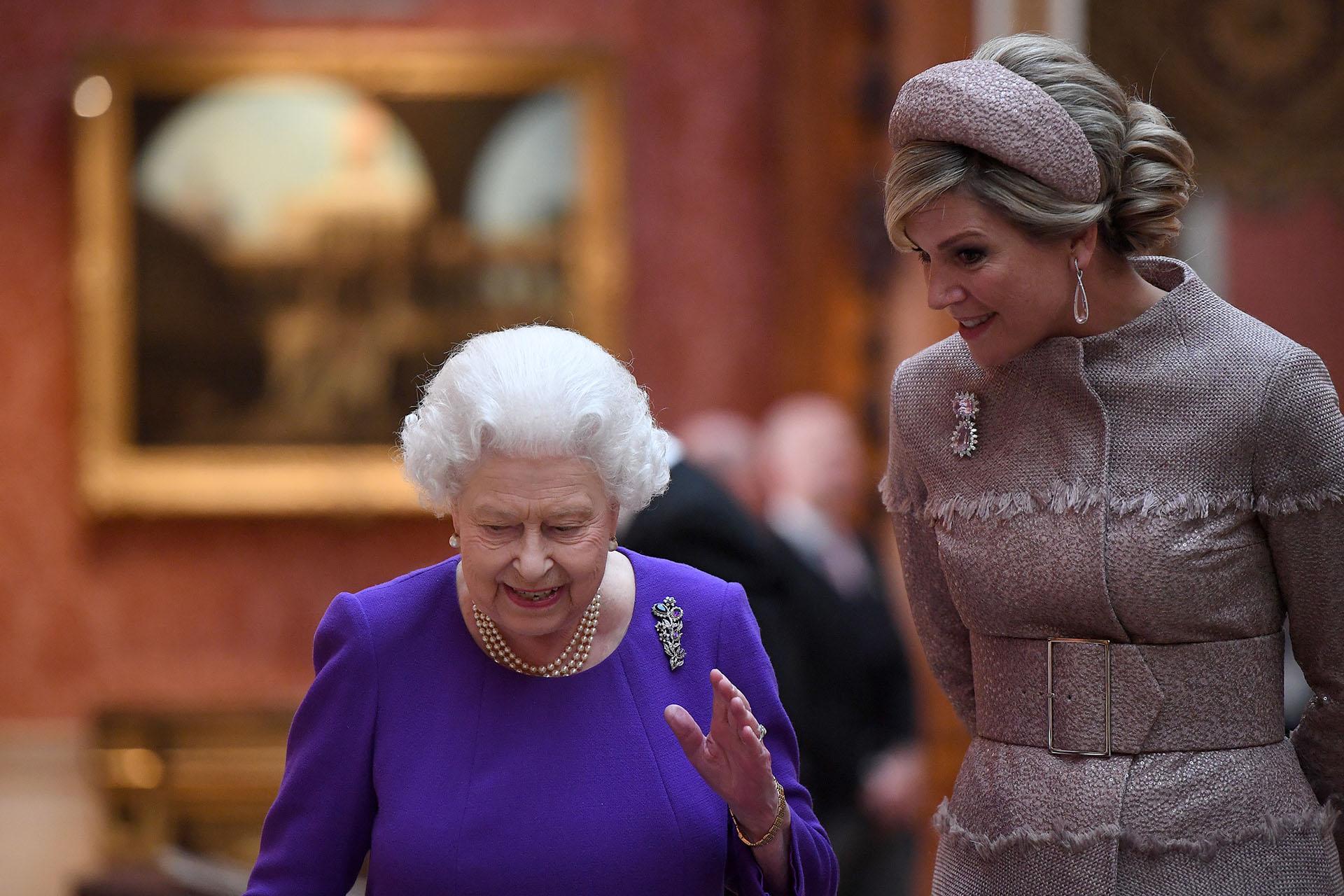 La reina Isabel II habla con la reina Máxima de los Países Bajos sobre piezas de arte holandeses de la Royal Collection en el Palacio de Buckingham en Londres el 23 de octubre de 2018, durante la visita de estado de dos días de los reyes