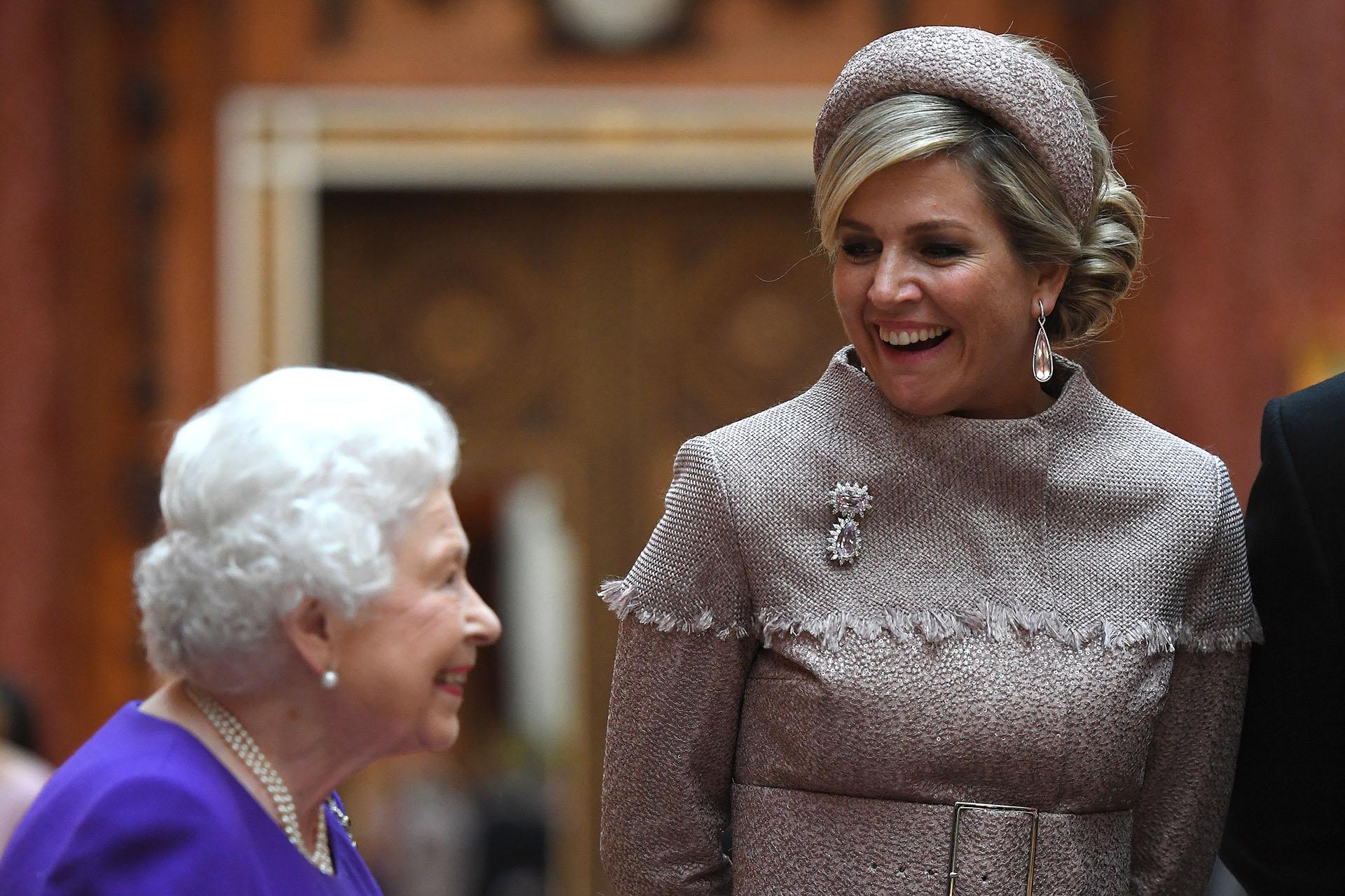 El rey Guillermo y la reina Máxima fueron recibidos formalmente por Isabel II con la guardia de honor antes de realizar una procesión en un carruaje estatal en Londres para almorzar en el Palacio de Buckingham
