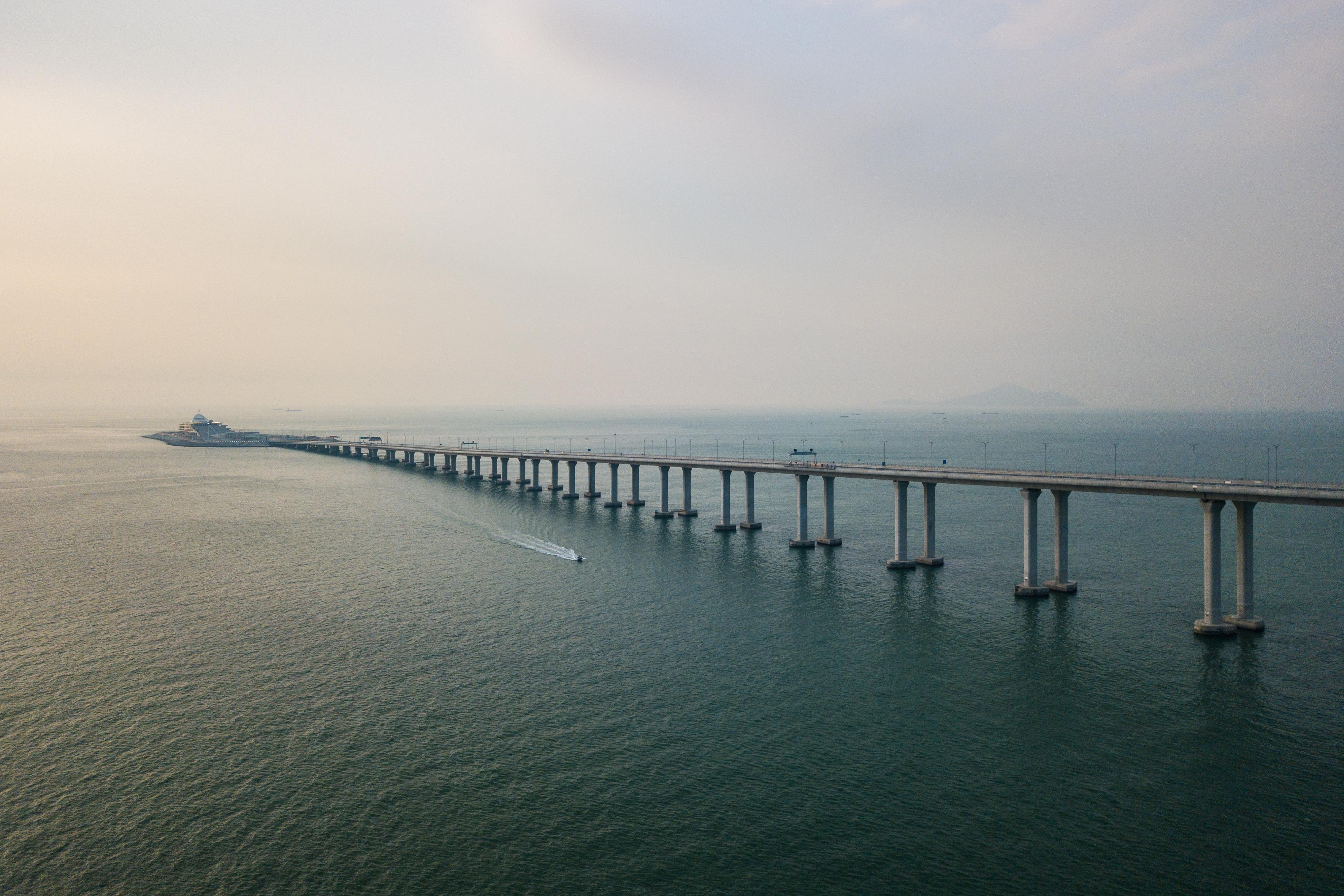 La sección principal del puente tiene 29,6 km y tres partes con tirantes que elevan la estructura para permitir el paso de barcos