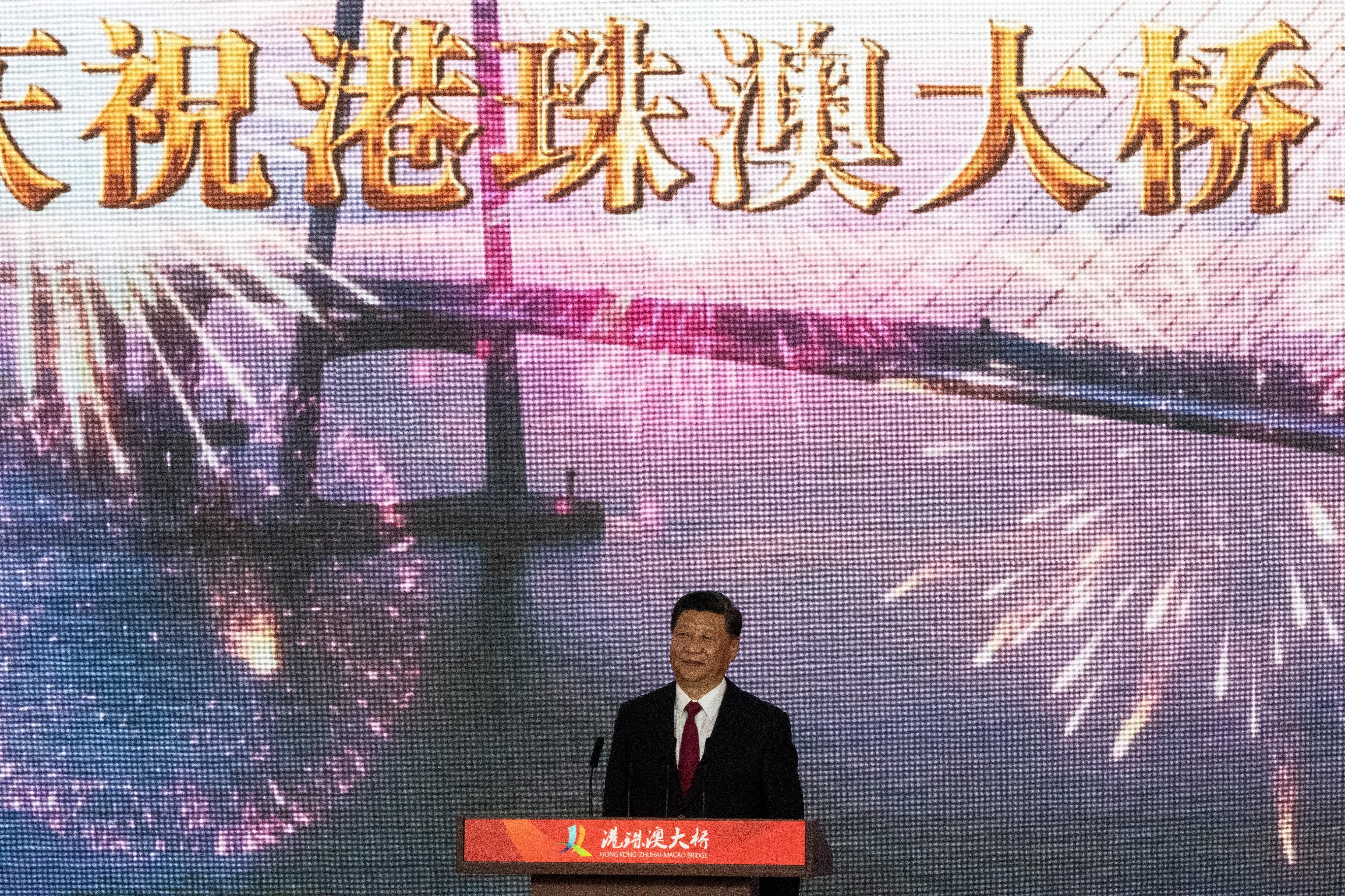Xi presidió este martes los actos de inauguración acompañado de los máximos mandatarios de las tres ciudades que conectará este puente, pero evitó los discursos, que corrieron a cargo de la jefe de Gobierno de Hong Kong, Carrie Lam , y su homólogo de Macao, Fernando Chui Sai-on, así como el viceprimer ministro chino Han Zheng