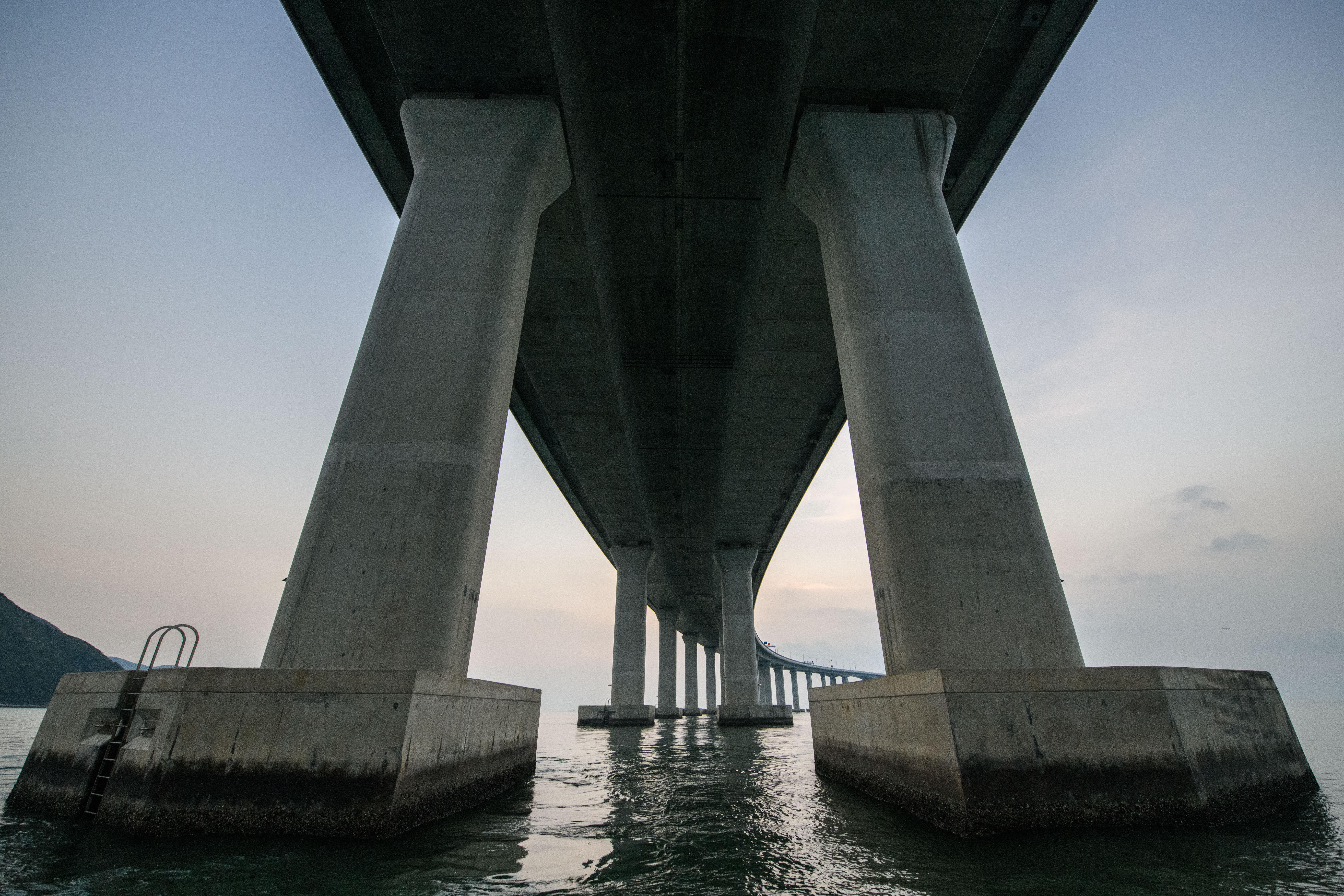 Hasta ahora, los habitantes de Hong Kong, Macao y Zhuhai, viajaban en barco entre estas tres ciudades. Entre Hong Kong y Macao existen más de 150 conexiones diarias. Los ingenieros del puerto aseguran que la obra permitirá reducir considerablemente el tiempo del trayecto entre Hong Kong y Zhuhai de cuatro horas a 45 minutos